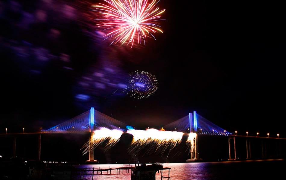 Cascata de fogos na Ponte Newton Navarro dá boas-vindas a 2015