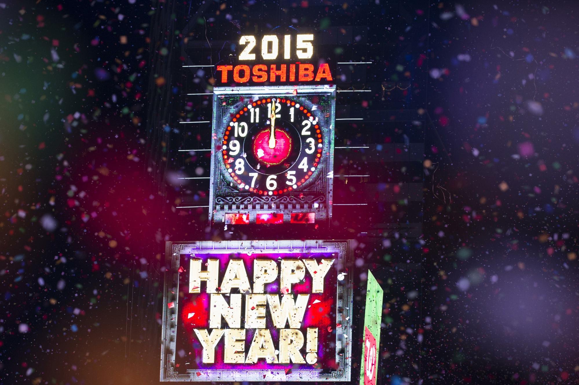 Tradicional relógio da Times Square marca meia-noite, dando início ...