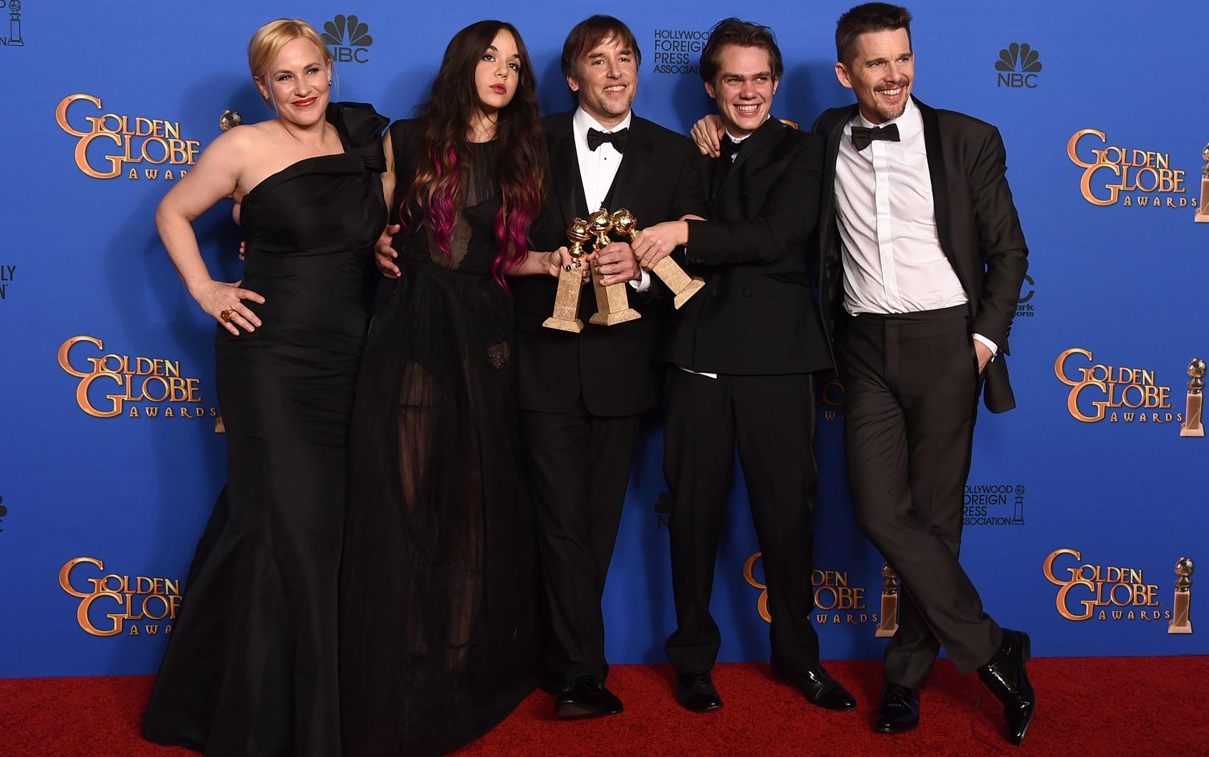 Diretor e atores de 'Boyhood' com os prêmios do Globo de Ouro.