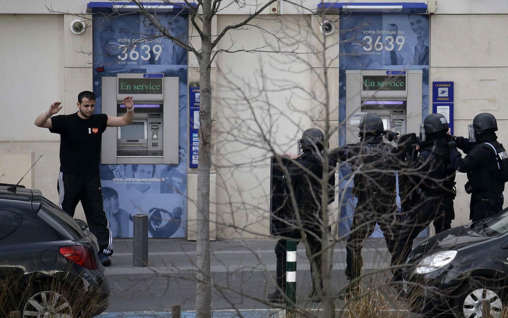 16/1 - Suspeito se rende a policiais em frente a posto do correio francês após fazer reféns em Colombes, perto de Paris