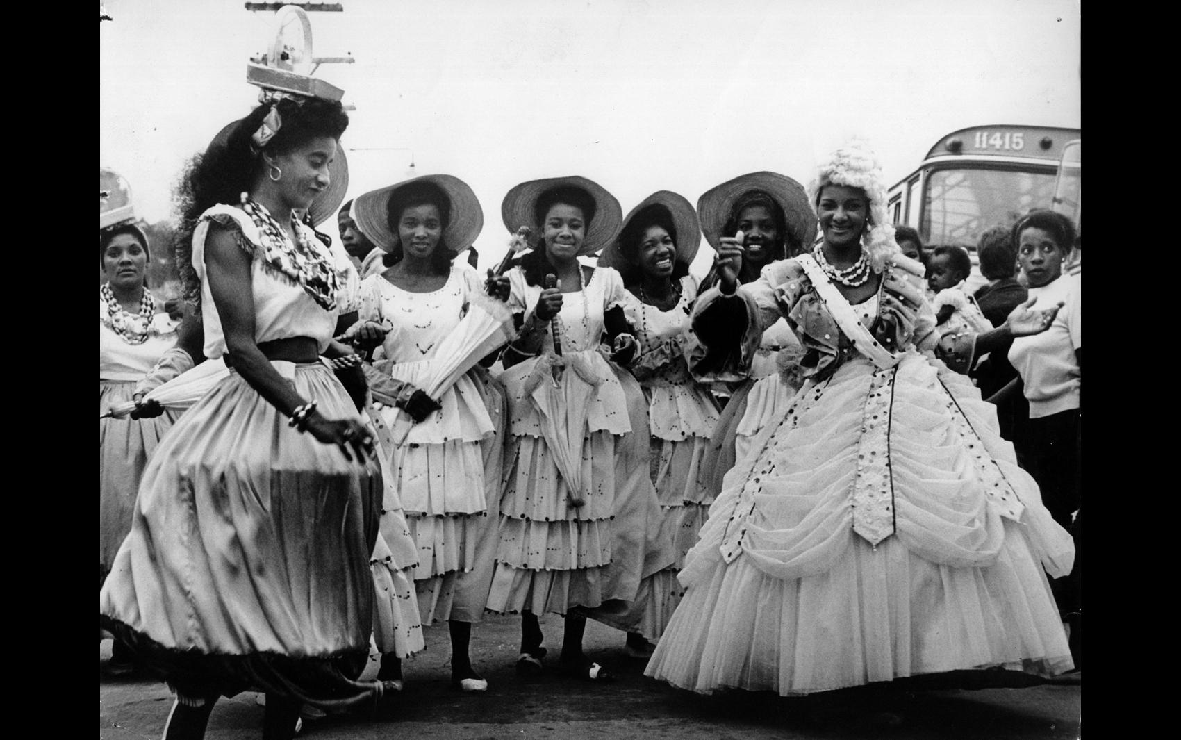Foliões se divertem no carnaval de rua no bairro da Vila Esperança, zona leste de São Paulo, em 1964