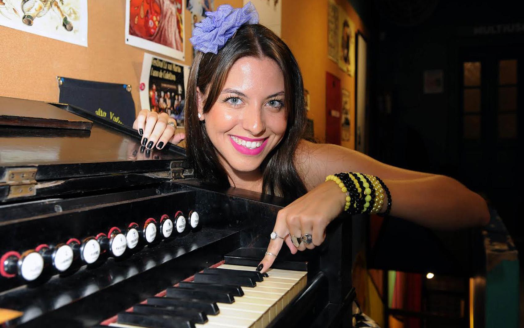 Gabriela Pasche é a cantora do bloco Pra Iaiá, que homenageia a banda Los Hermanos.