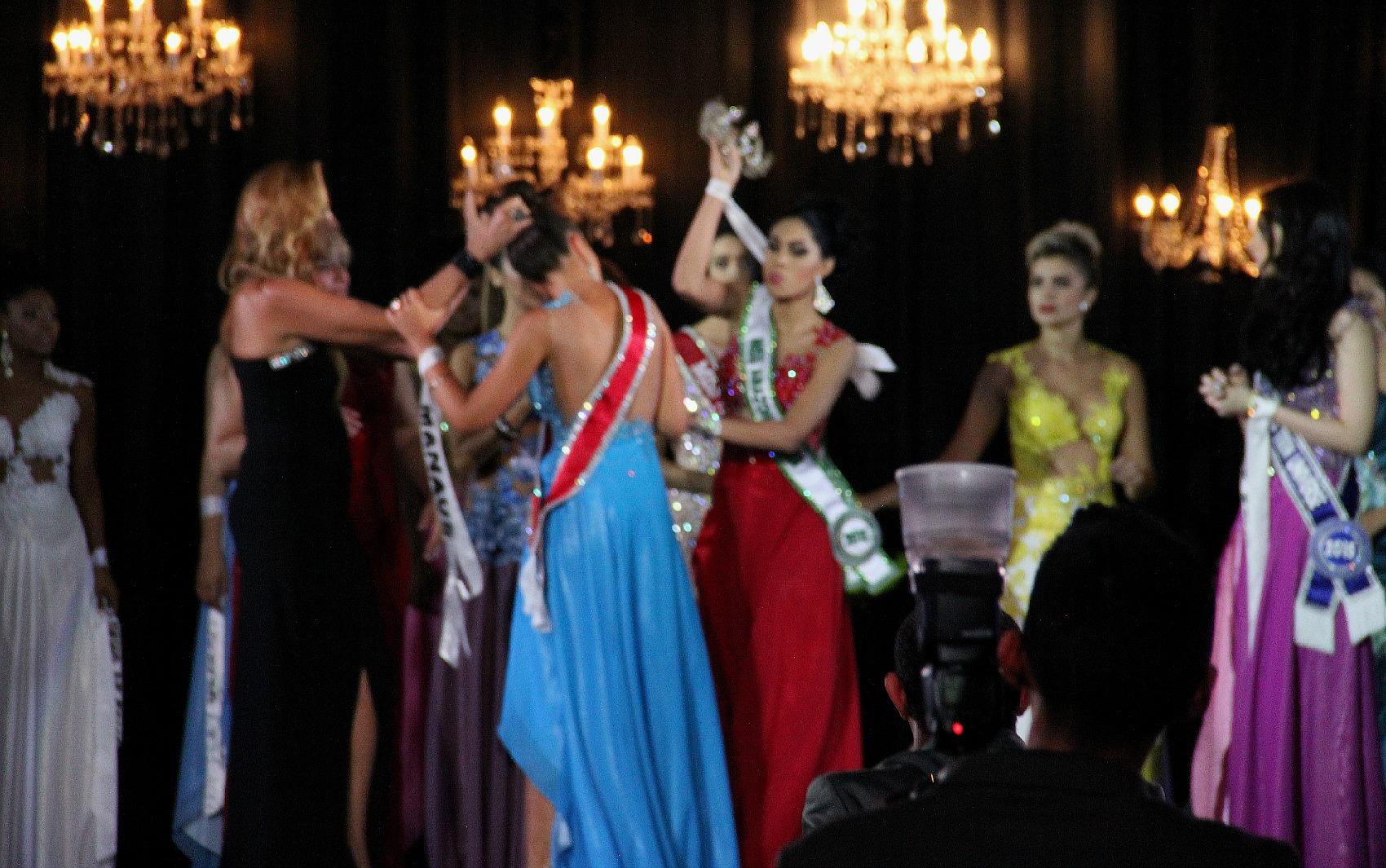 Candidata que ficou com segundo lugar arrancou coroa da vencedora e saiu do palco