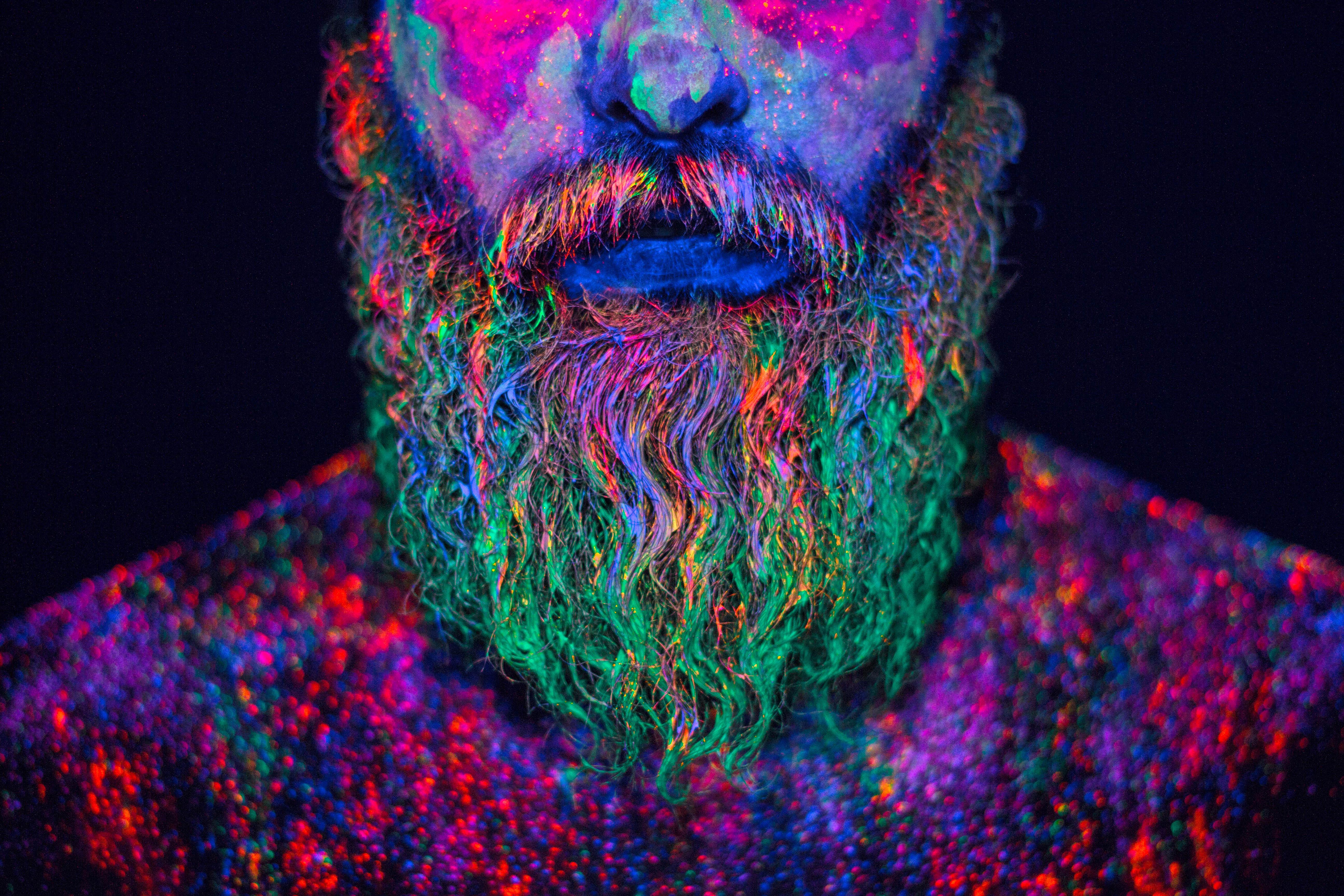 Hid Saib mostra trabalho de fotografia com maquiagem neon