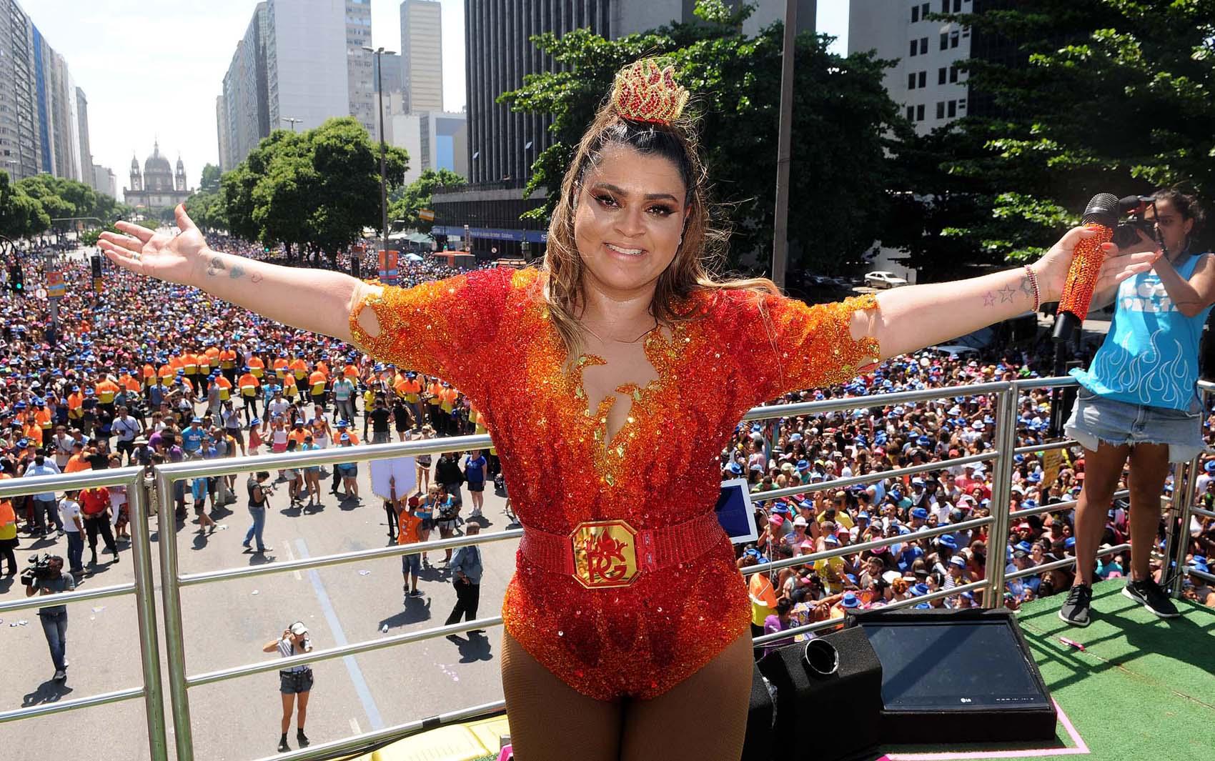 Preta Gil arrasta uma multidão no Centro do Rio. A cantora promete fazer o maior beijaço da história. O público aproveita o domingo pré-carnavalesco com muita animação.