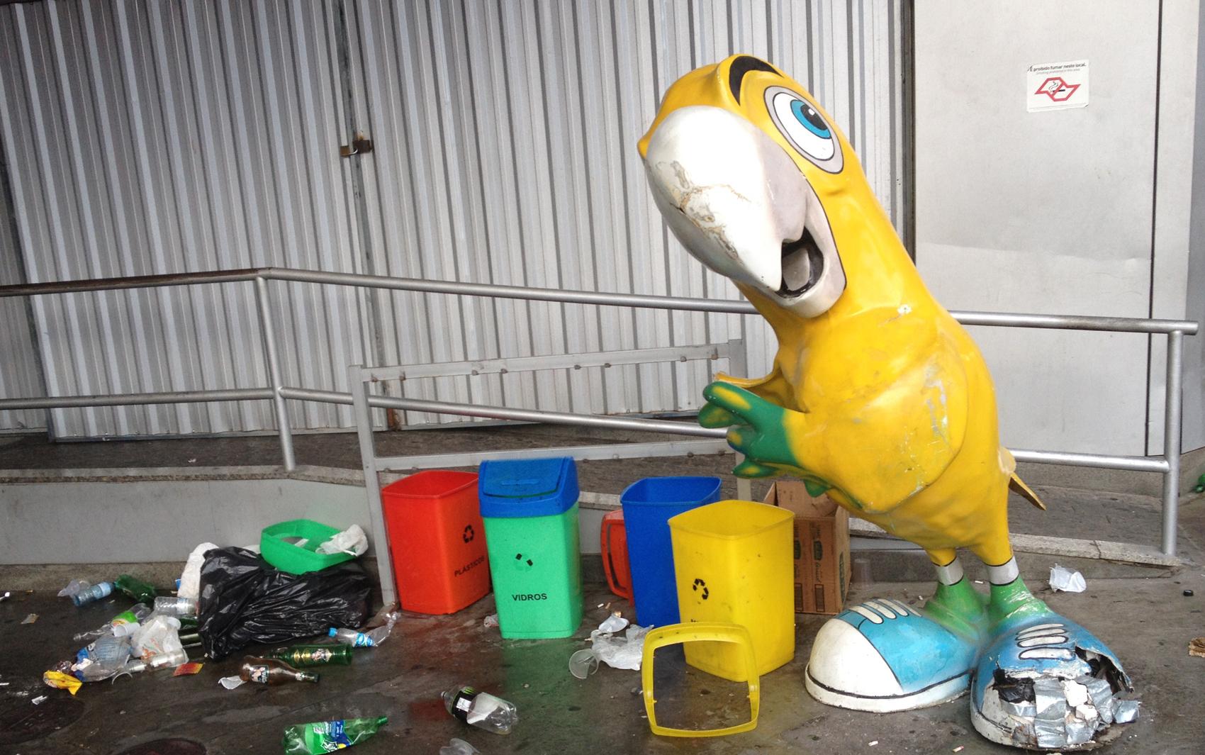 Lixo em posto de gasolina após carnaval e pancadão na Vila Madalena