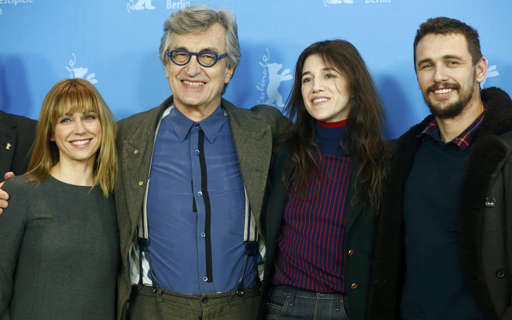 10/02 - Da esq. para dir., Marie-Josee Croze, Wim Wenders, Charlotte Gainsbourg e James Franco divulgam 'Everything will be fine' no Festival de Berlim.