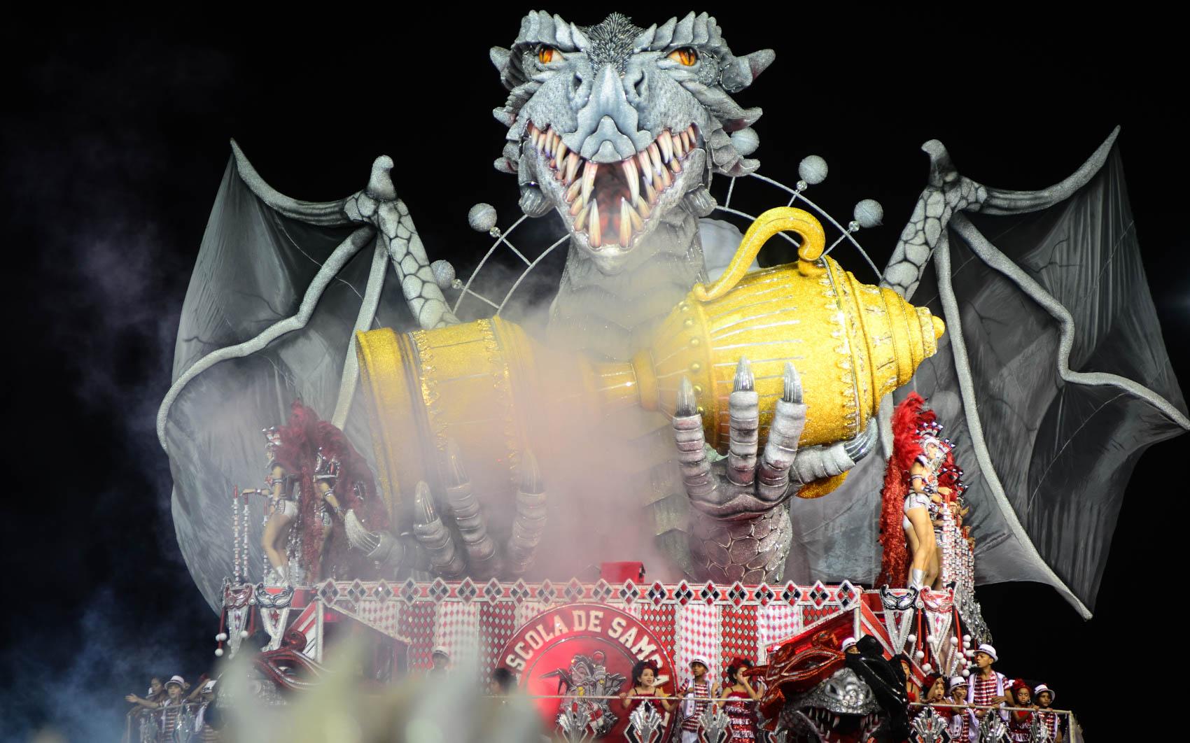 Destaques em carro alegórico da Dragões da Real em desfile no Anhembi