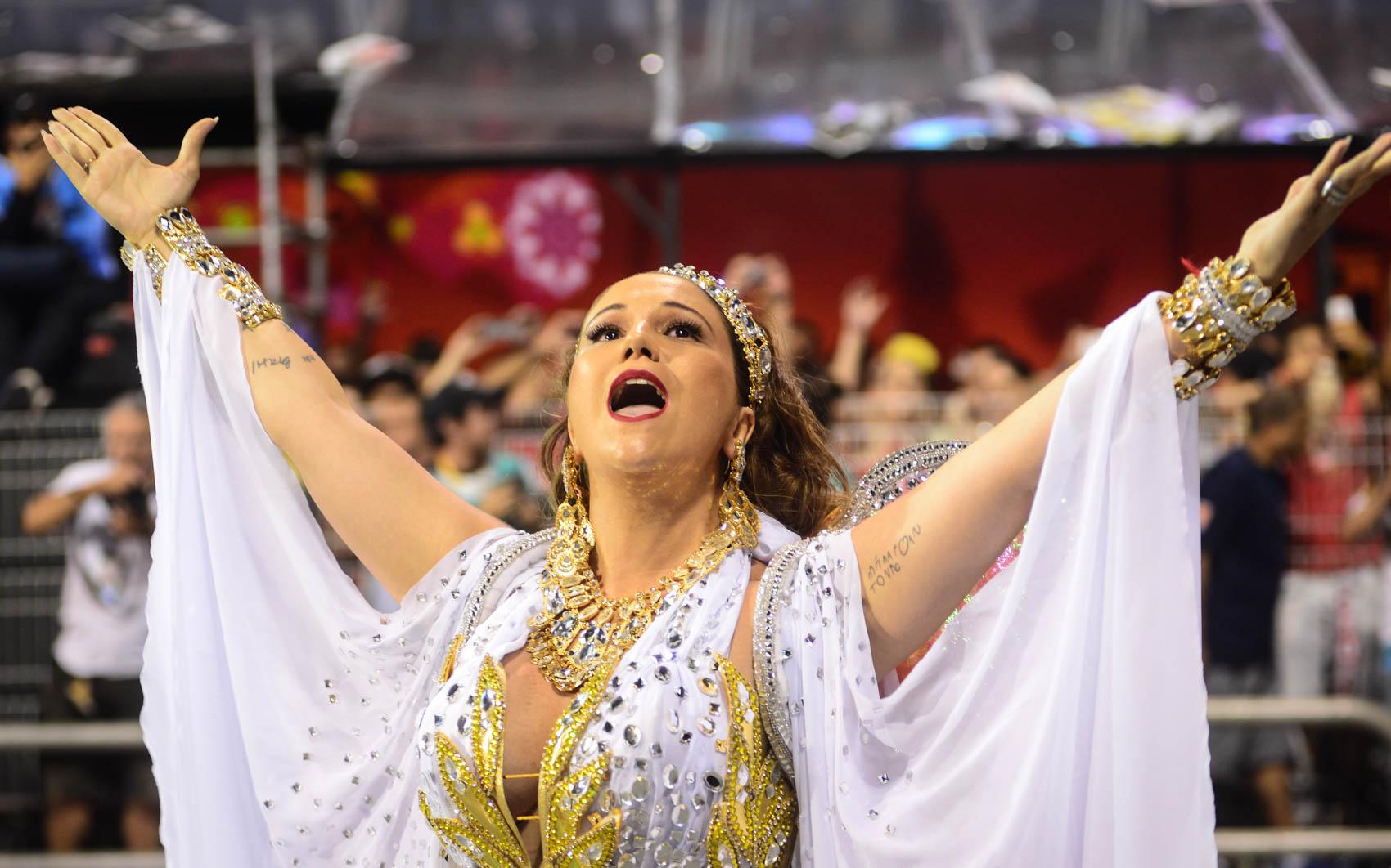 A cantora Maria Rita, filha de Elis Regina, canta chamando o público no desfile da Vai Vai, que homenageia sua mãe