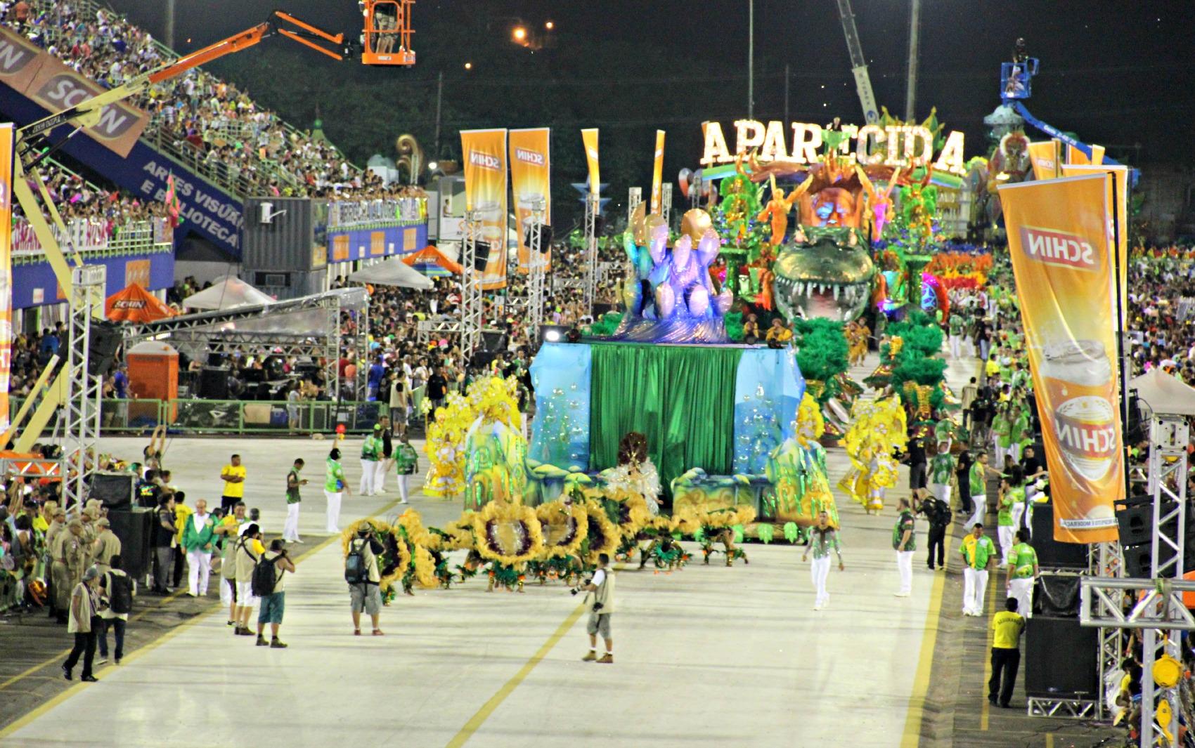 Escola de samba campeã entrou no Sambódromo de Manaus na madrugada de domingo (15)