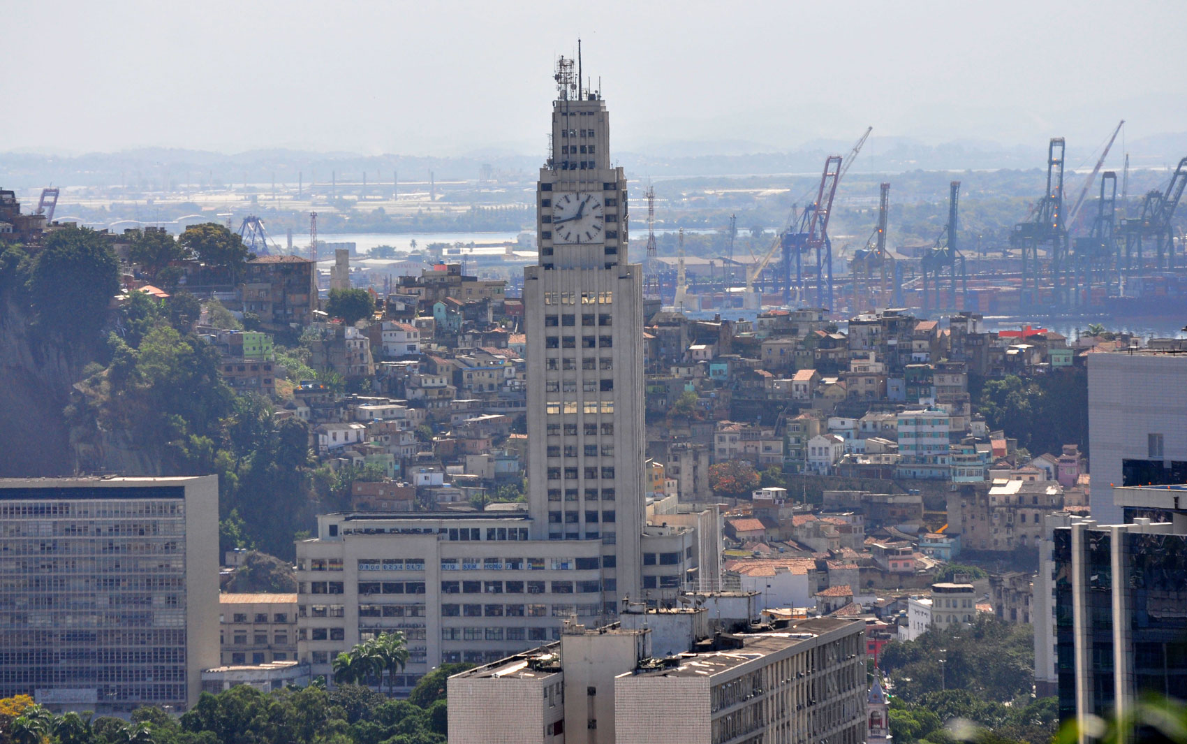 Considerada a primeira favela da cidade, o Morro da Providência fica entre os bairros do Santo Cristo e da Gamboa, na zona portuária. Foi nele que surgiu a primeira escola de samba, que deu origem à atual Estácio de Sá.