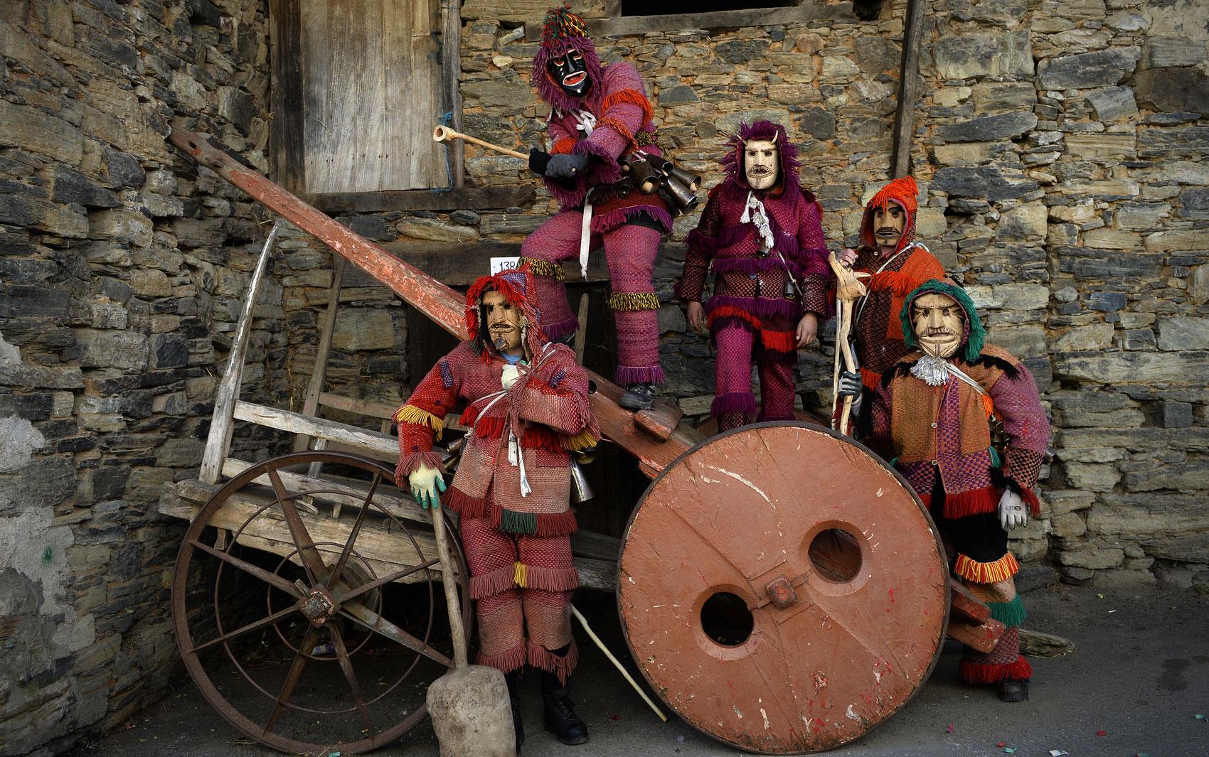 17/02 - Foliões usam máscaras de madeira durante o tradicional carnaval celta 'Caretos', em Vila Boa de Ousilhão, em Portugal