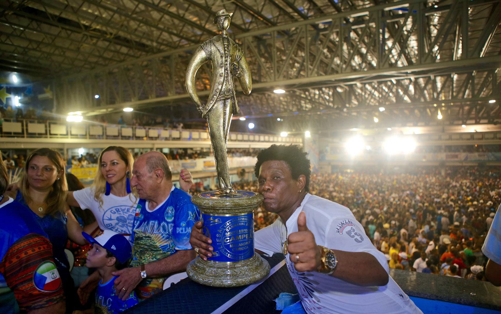 neguinho da Beija-Flor com o troféu do carnaval 2015
