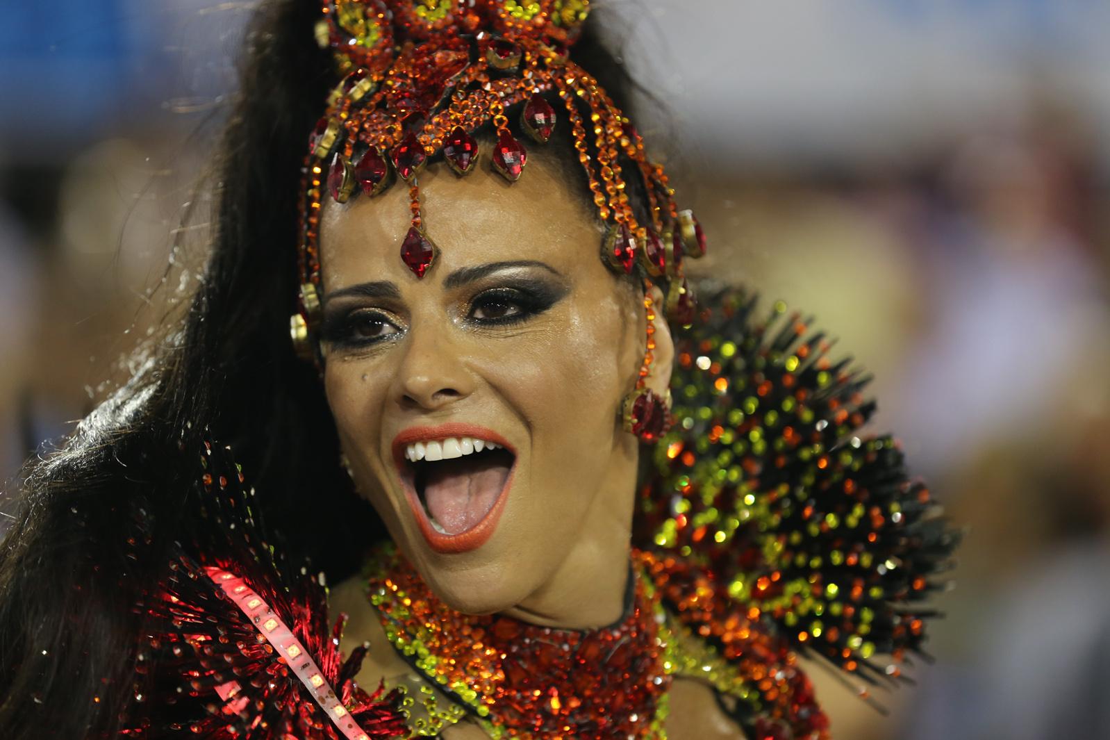SALGUEIRO: Viviane Araújo brilha à frente da bateria