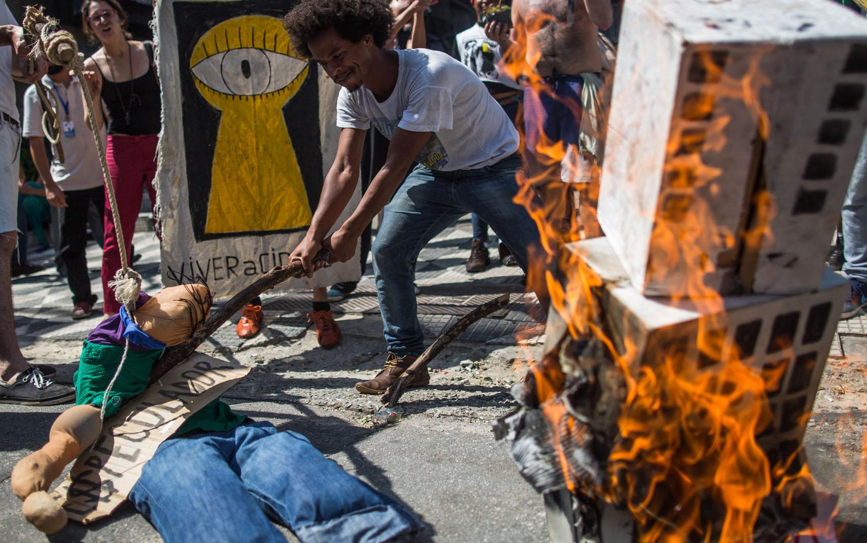Ativistas incendeiam a maquete de um prédio e um boneco com o nome de 'Especulação' e protestam contra a reintegração de posse do Parque Augusta