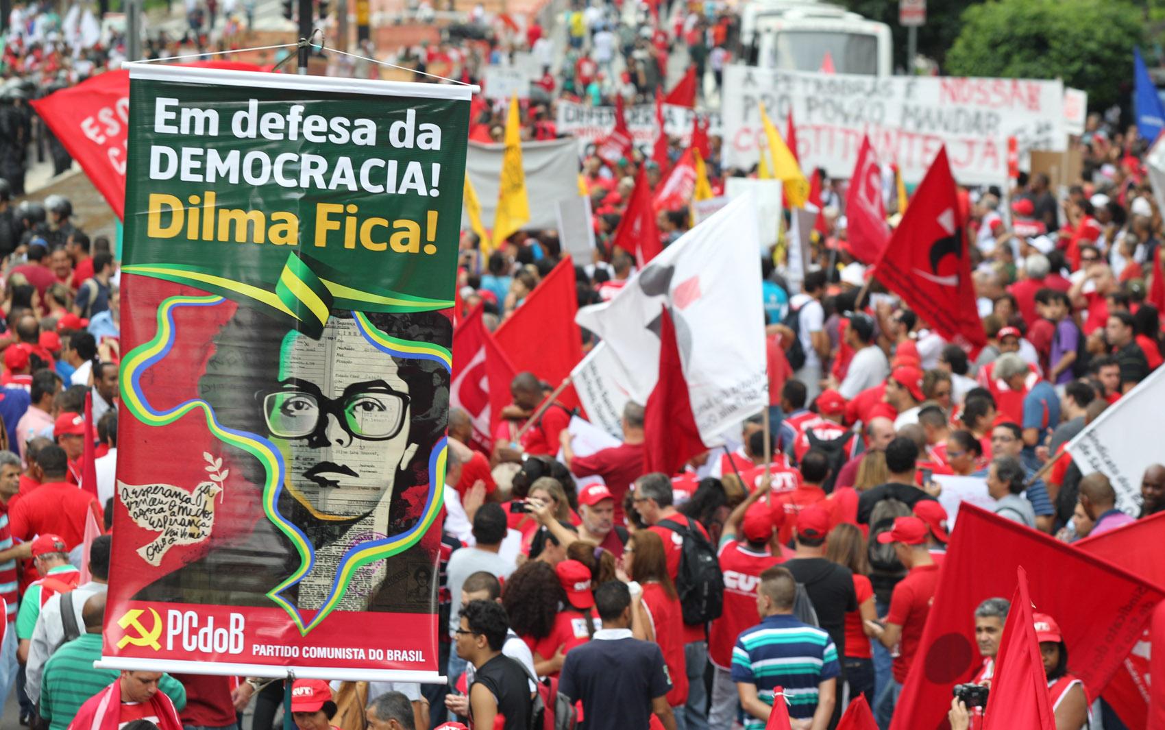 Manifestantes fazem ato pró-Petrobras na Avenida Paulista, em São Paulo