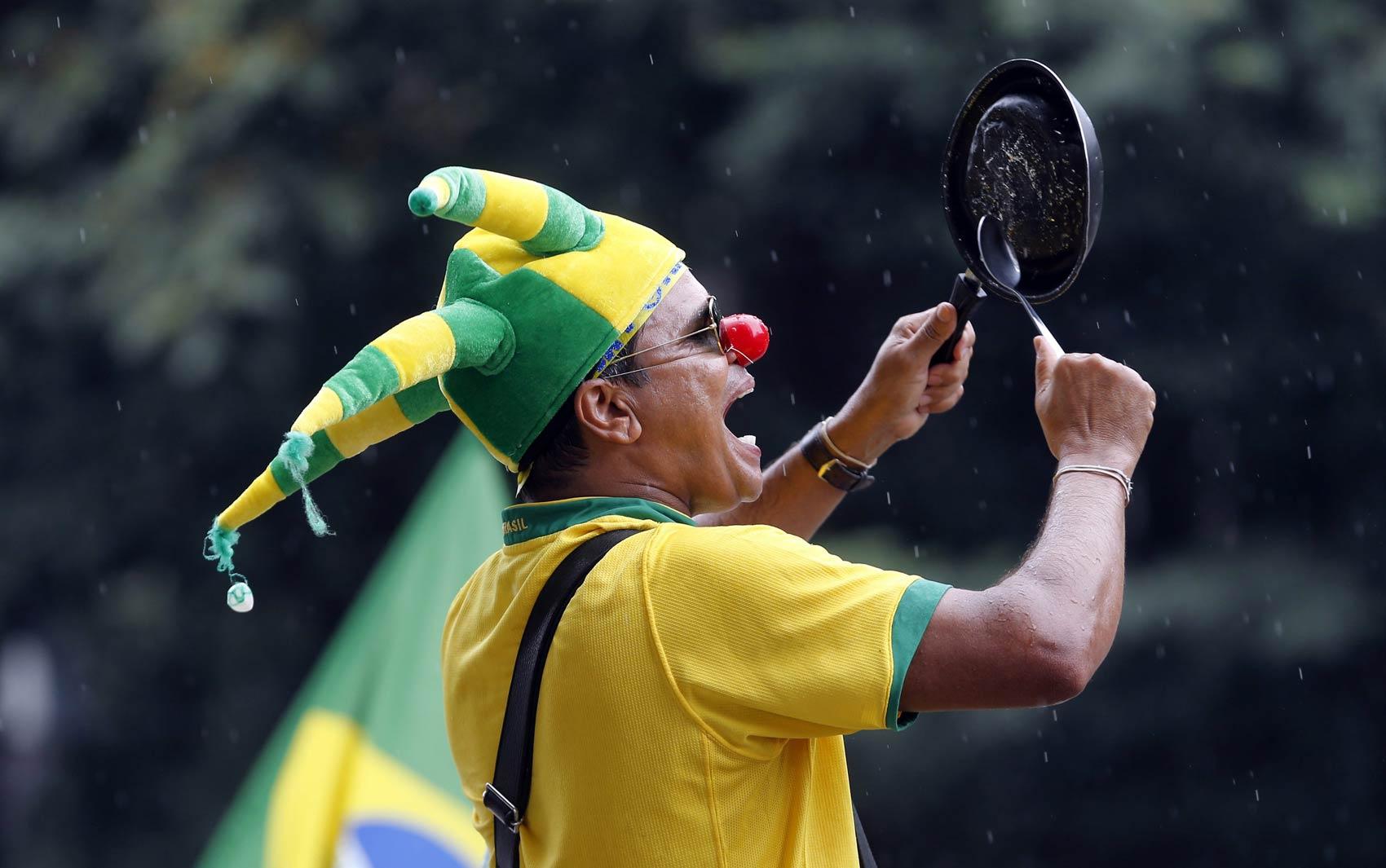 Com nariz de palhaço e batendo em uma panela, manifestante grita durante protesto na Avenida Paulista, em São Paulo