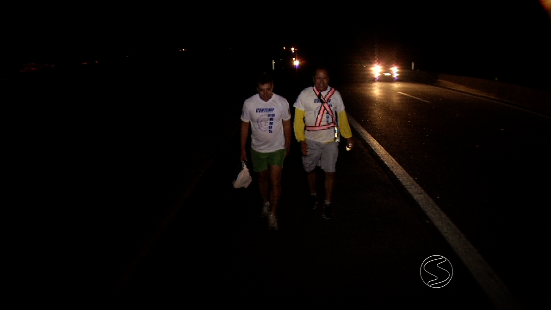 Romeiros caminham durante a noite pela Via Dutra, no Sul do Rio de Janeiro