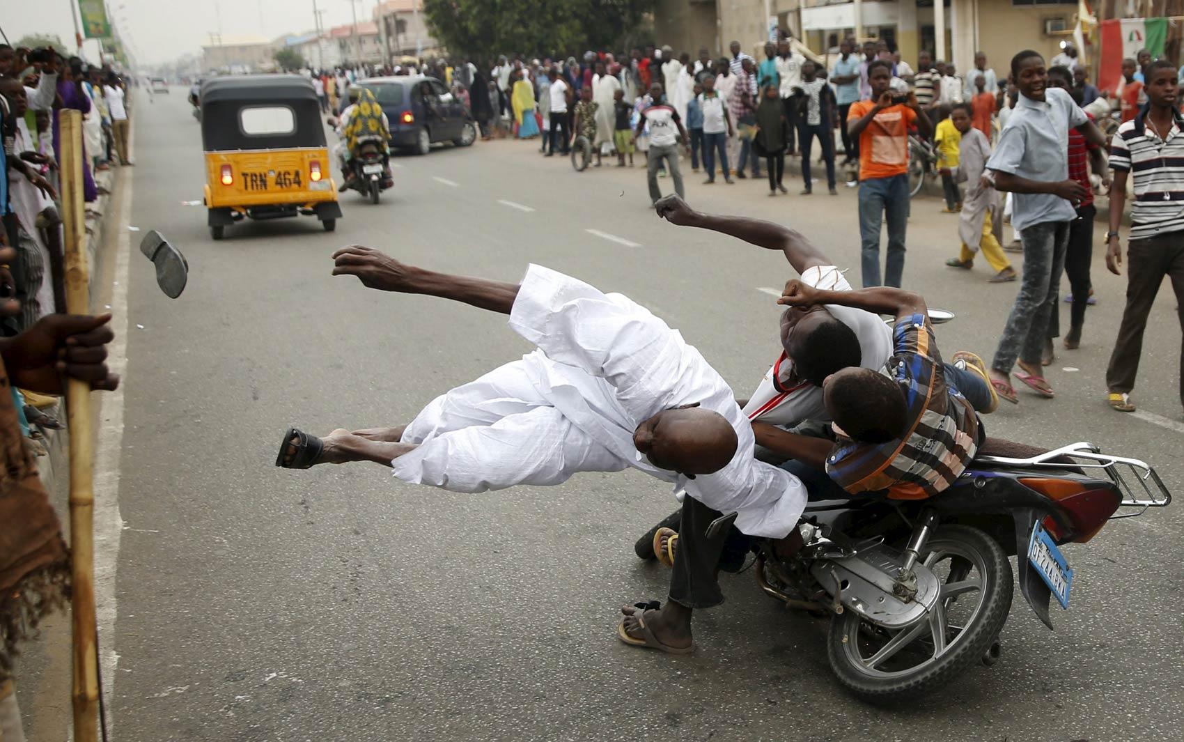 Apoiadores do candidato à presidência da Nigéria Muhammadu Buhari atropelam um colega que também festejava nas ruas em Kano, após o partido de Buhari, o opositor APC, declarar a vitória ante Goodluck Jonathan. Não foi divulgado se os envolvidos se feriram