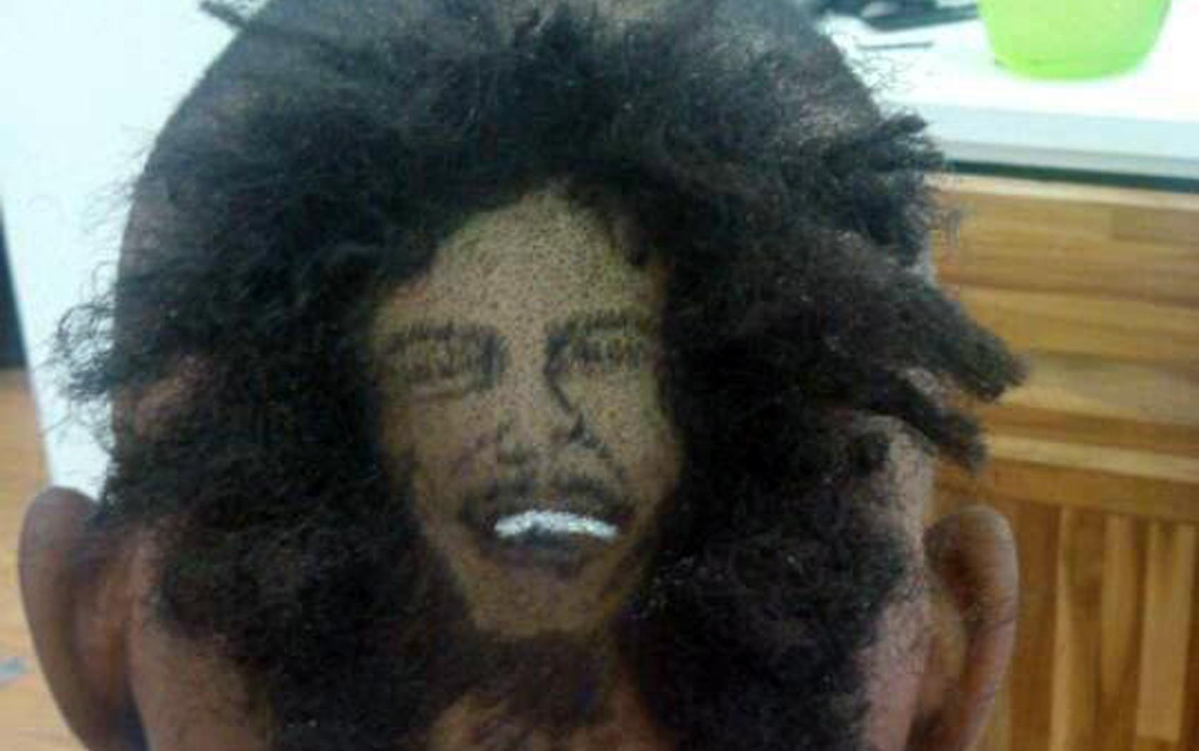 O cantor Bob Marley foi retratado com irreverência na cabeça de um cliente