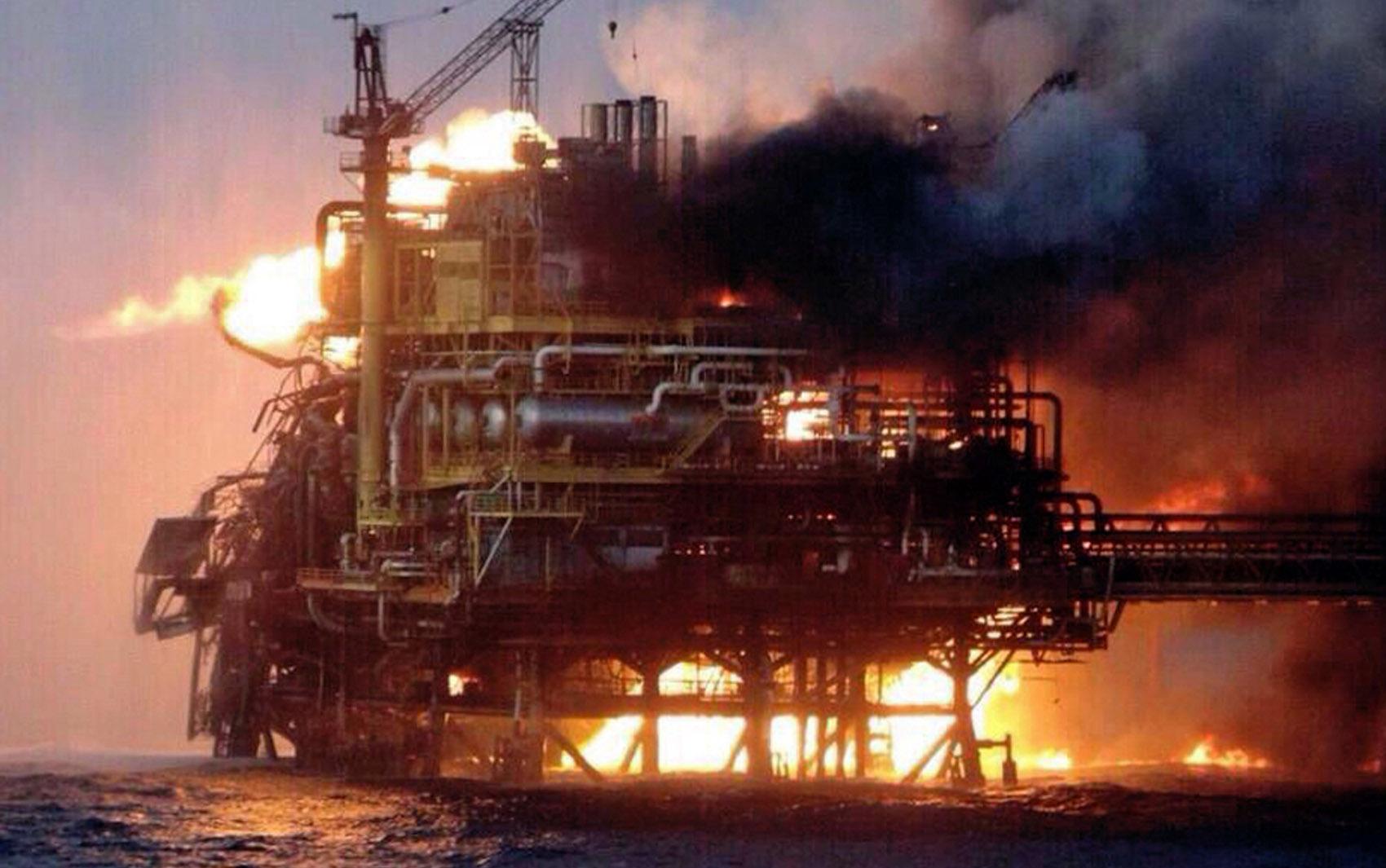 Plataforma de petróleo pega fogo no golfo do México. Pelo menos 4 trabalhadores morreram, 16 ficaram feridos e 300 foram forçados a evacuar o local