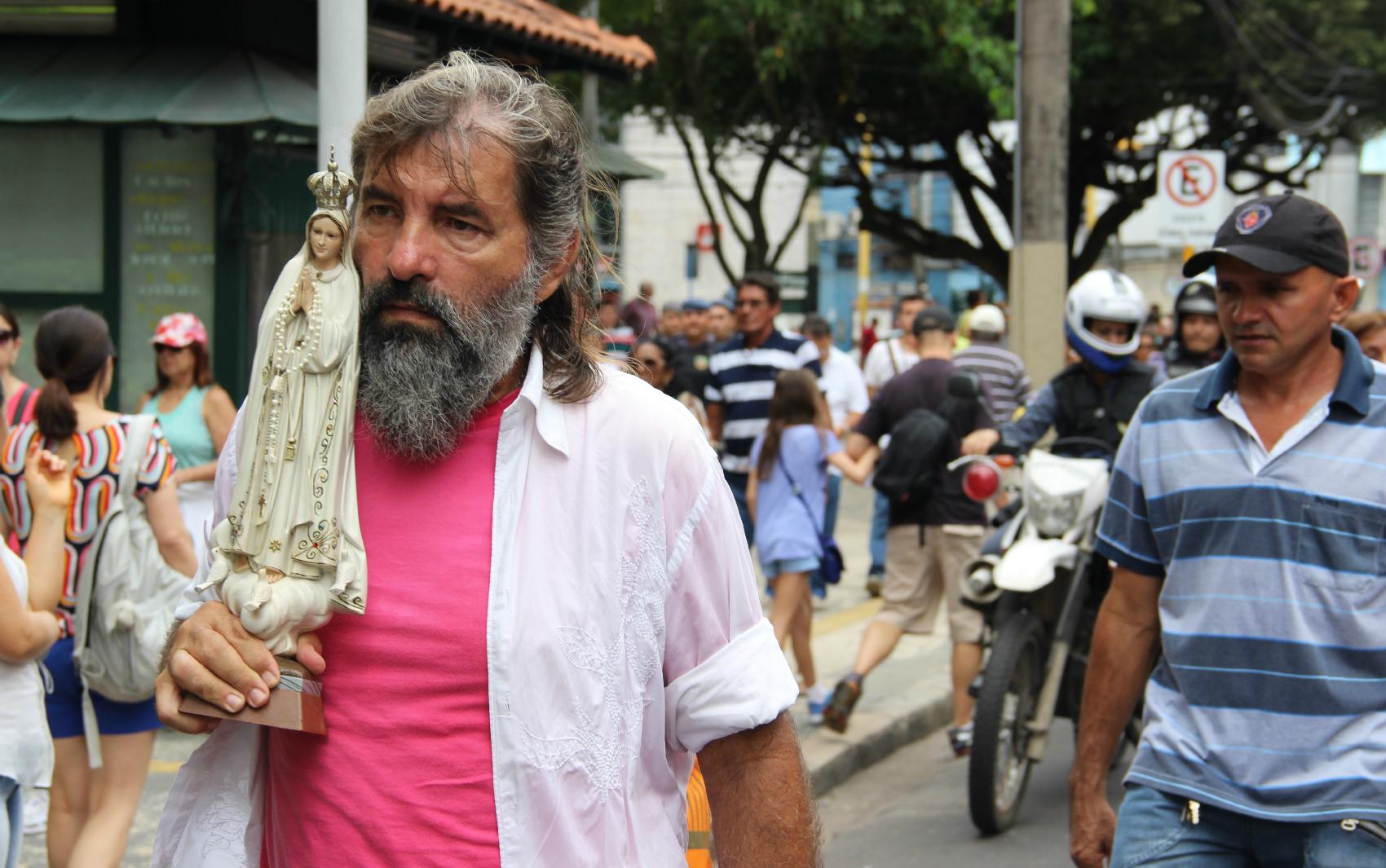 O aposentado Aldo Rodrigues, de 62 anos, seguiu na procissão levando uma santa