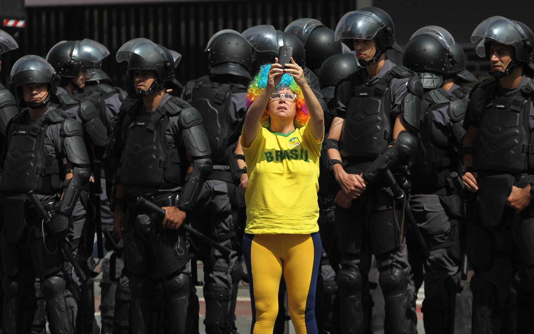 Manifestante tira selfie com policiais da Tropa de Choque durante o ato contra o governo federal e a favor do impeachment da Presidente Dilma Rousseff, realizado na Avenida Paulista, em São Paulo