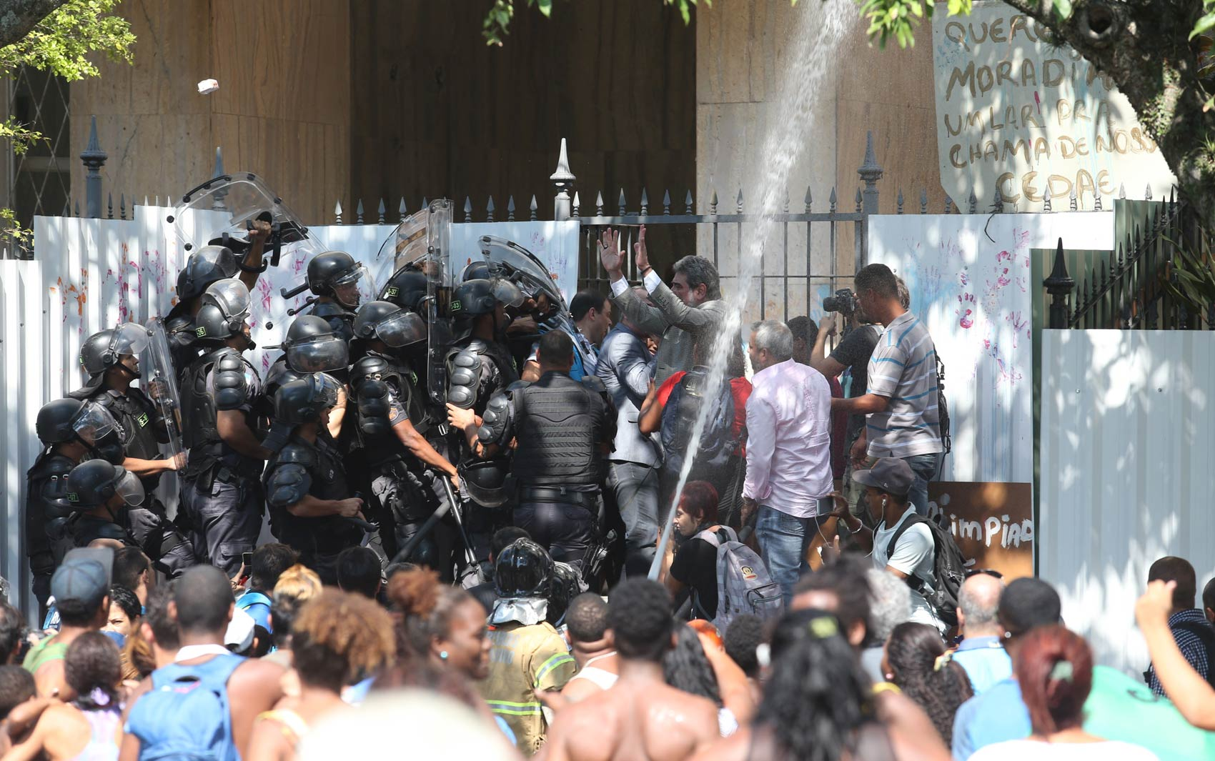 Tumulto durante a saída dos sem-teto do prédio Hilton Santos, no Aterro do Flamengo, zona sul do Rio de Janeiro