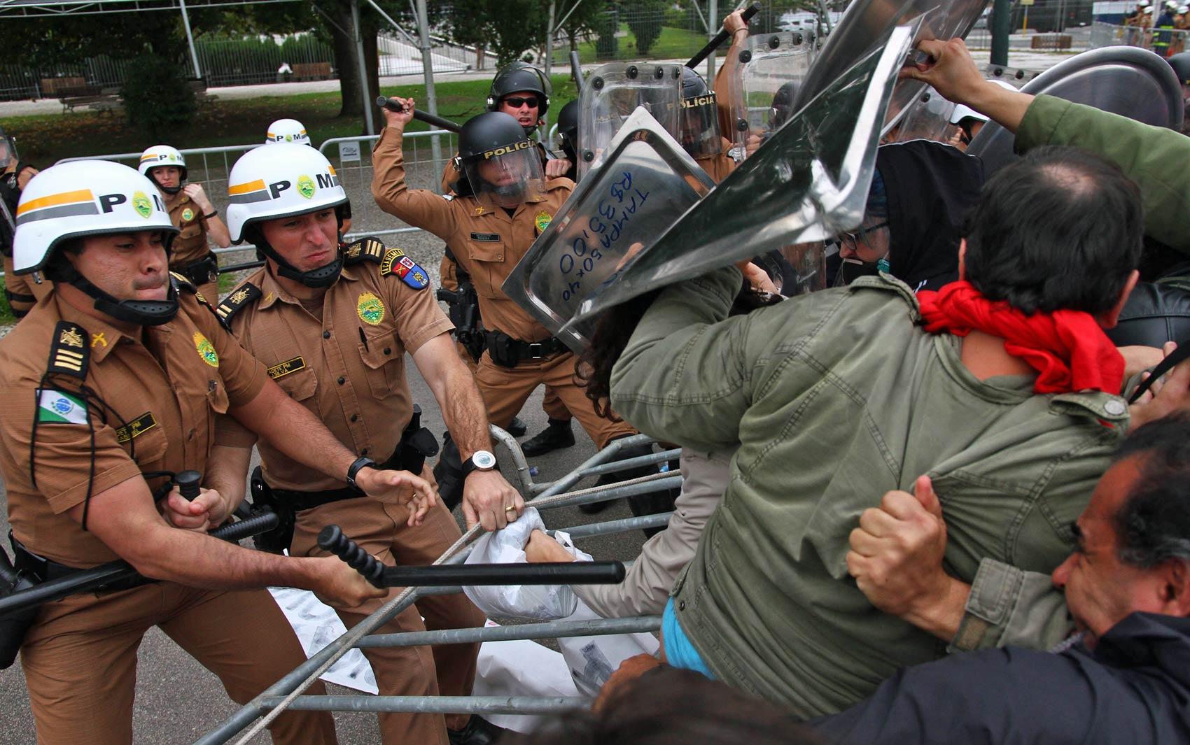 Policiais que faziam um cerco ao prédio da Assembleia Legislativa do Paraná (Alep) entram em confronto com manifestantes em Curitiba, durante protesto contra votação de projeto que promove mudanças na Previdência estadual