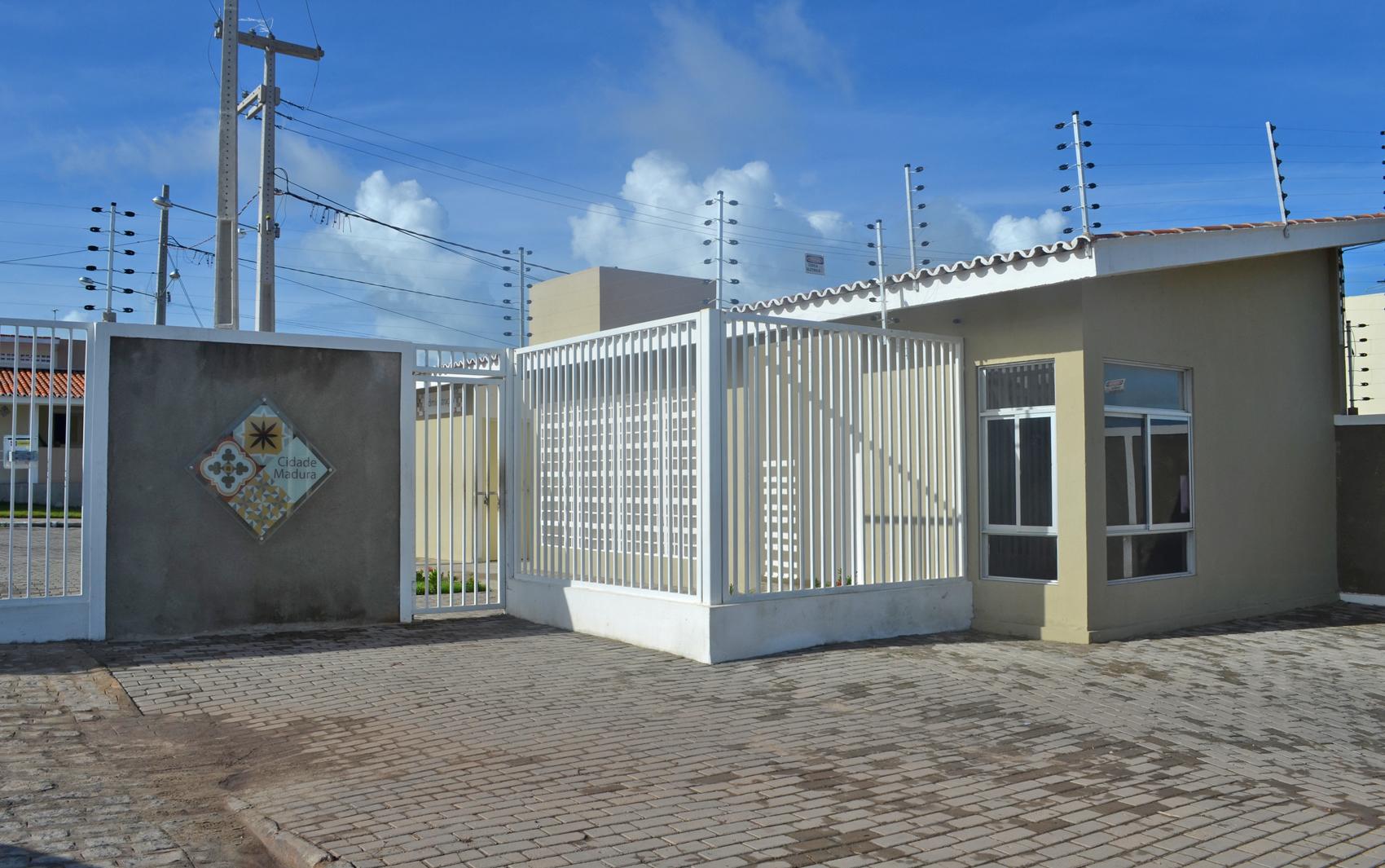 Entrada do condomínio Cidade Madura, em João Pessoa, tem guarita e prédio da administração
