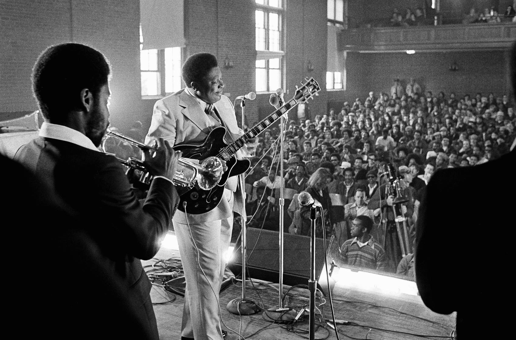 O bluesman B.B. King e sua banda se apresentam para o auditório lotado da penitenciária de Norfolk, em Massachussetts, em abril de 1978. Ele começou a fazer shows em prisões dos EUA em 1972, iniciativa para incentivar a reabilitação