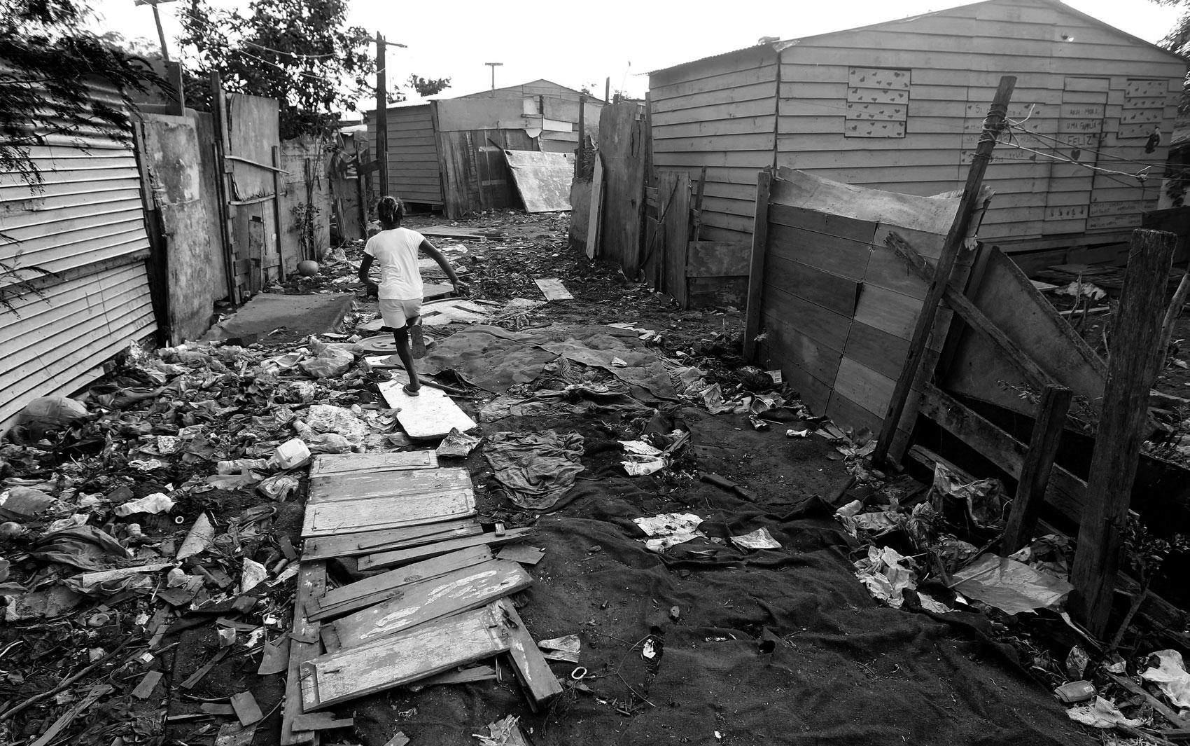 Moradores e crianças precisam caminhar no meio do lixo