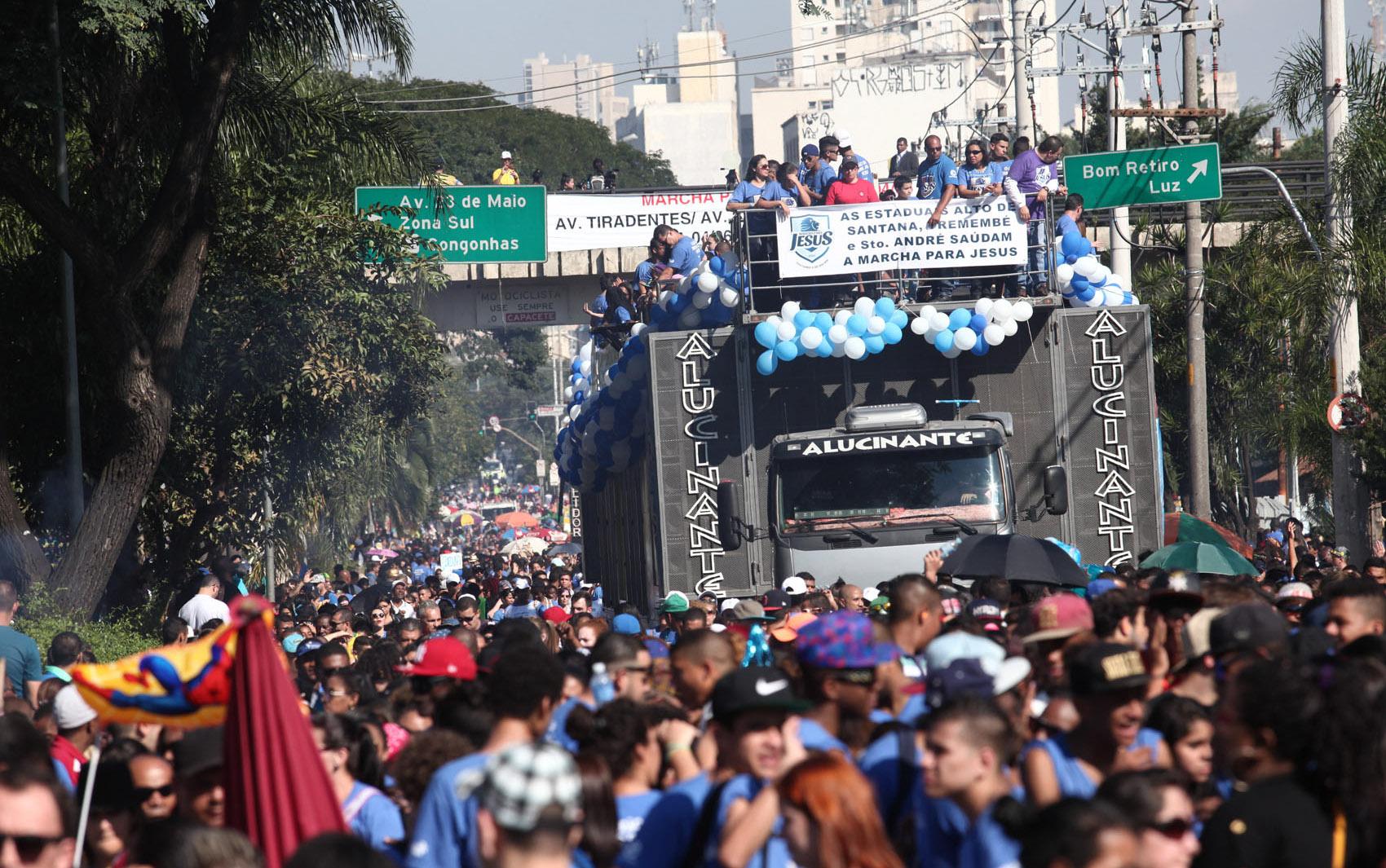 Milhares de evangélicos participam da 23ª Marcha para Jesus, evento que ocorre em ruas e avenidas da Zona Norte de São Paulo