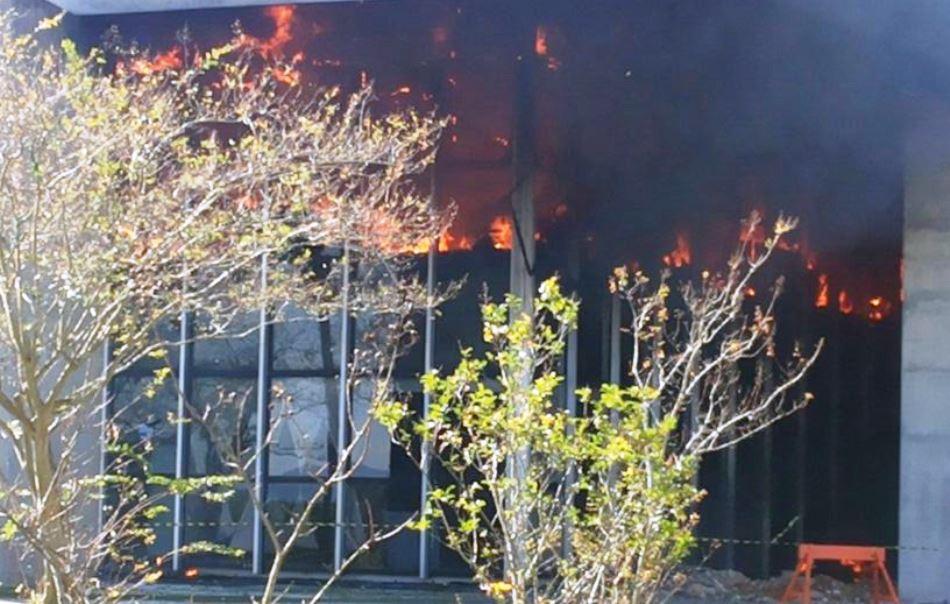 Incêndio atingiu Prefeitura de Criciúma neste domingo (7)