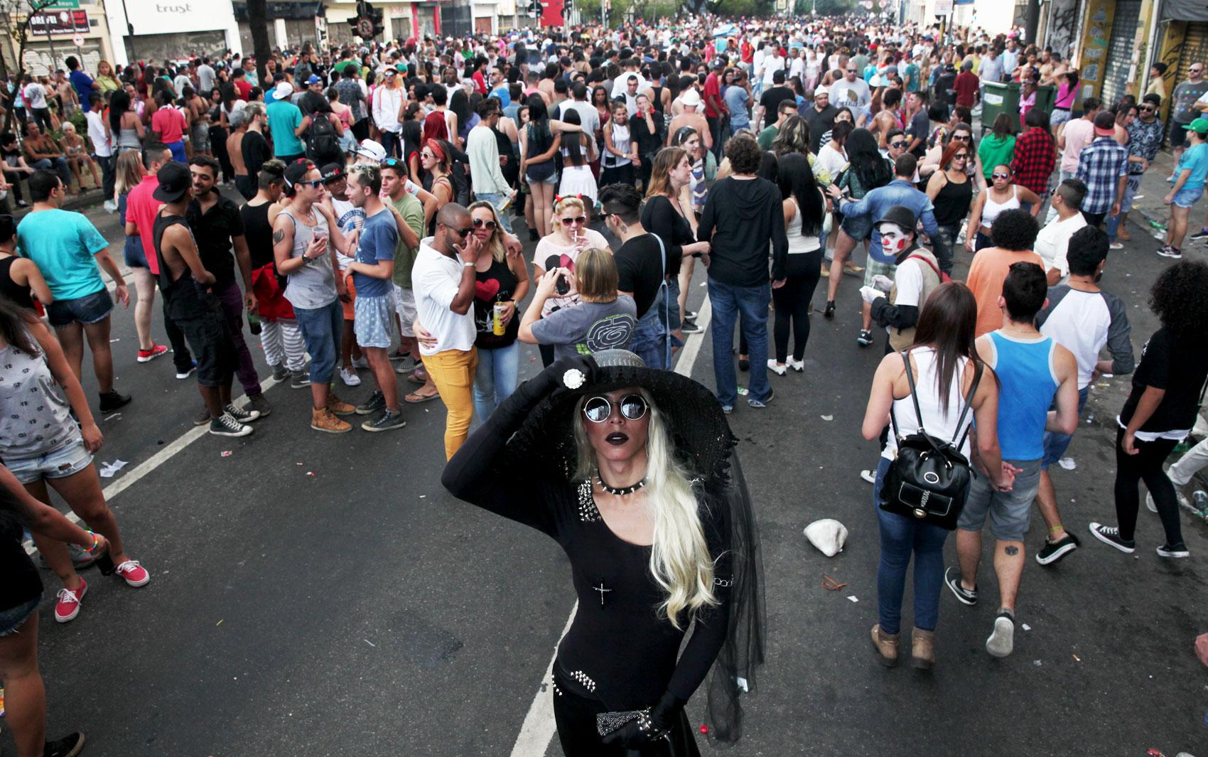 Participante posa para fotos durante a 19ª Parada do Orgulho LGBT na Avenida Paulista, neste domingo (7)