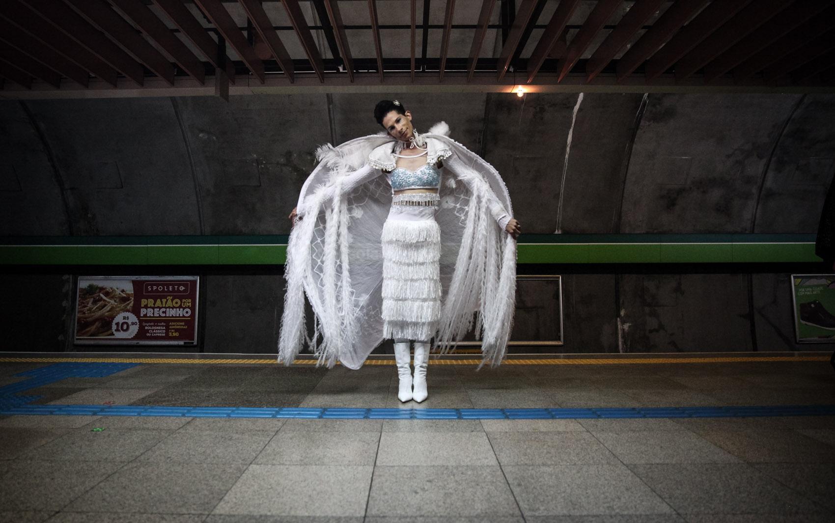 Participante da Parada Gay posa para foto na estação Consolação da linha 2-Verde. O G1 percorreu linhas do Metrô de São Paulo e registrou cenas curiosas durante a realização da 19ª Parada do Orgulho LGBT