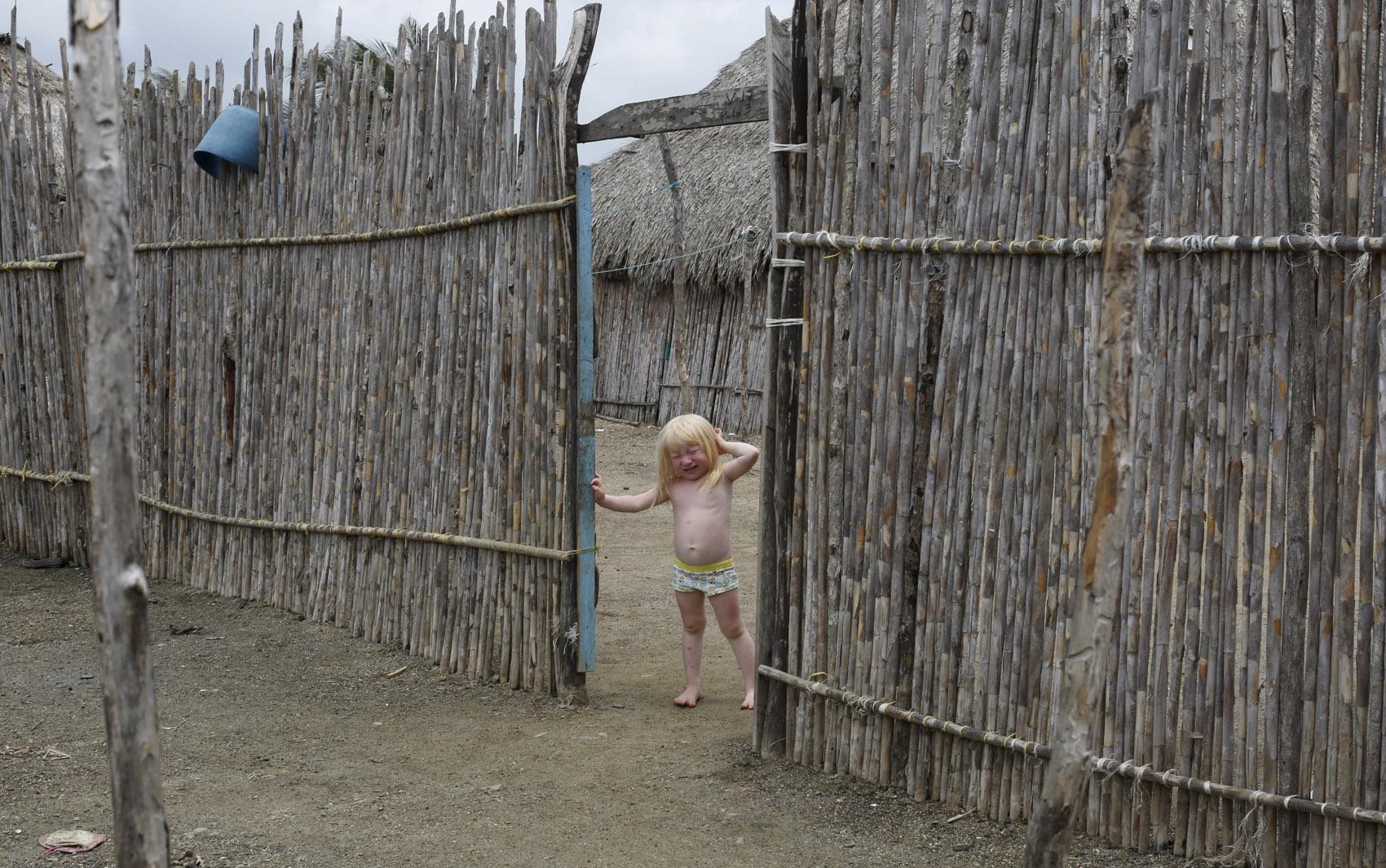 Um fotógrafo registrou a rotina de indígenas albinos da comunidade de Guna Yala, no Panamá. Venerados como 'Filhos da Lua', eles representam de 5% a 10% dos 80 mil índios Guna e têm hábitos restritos longe do sol, devido à sensibilidade da pele