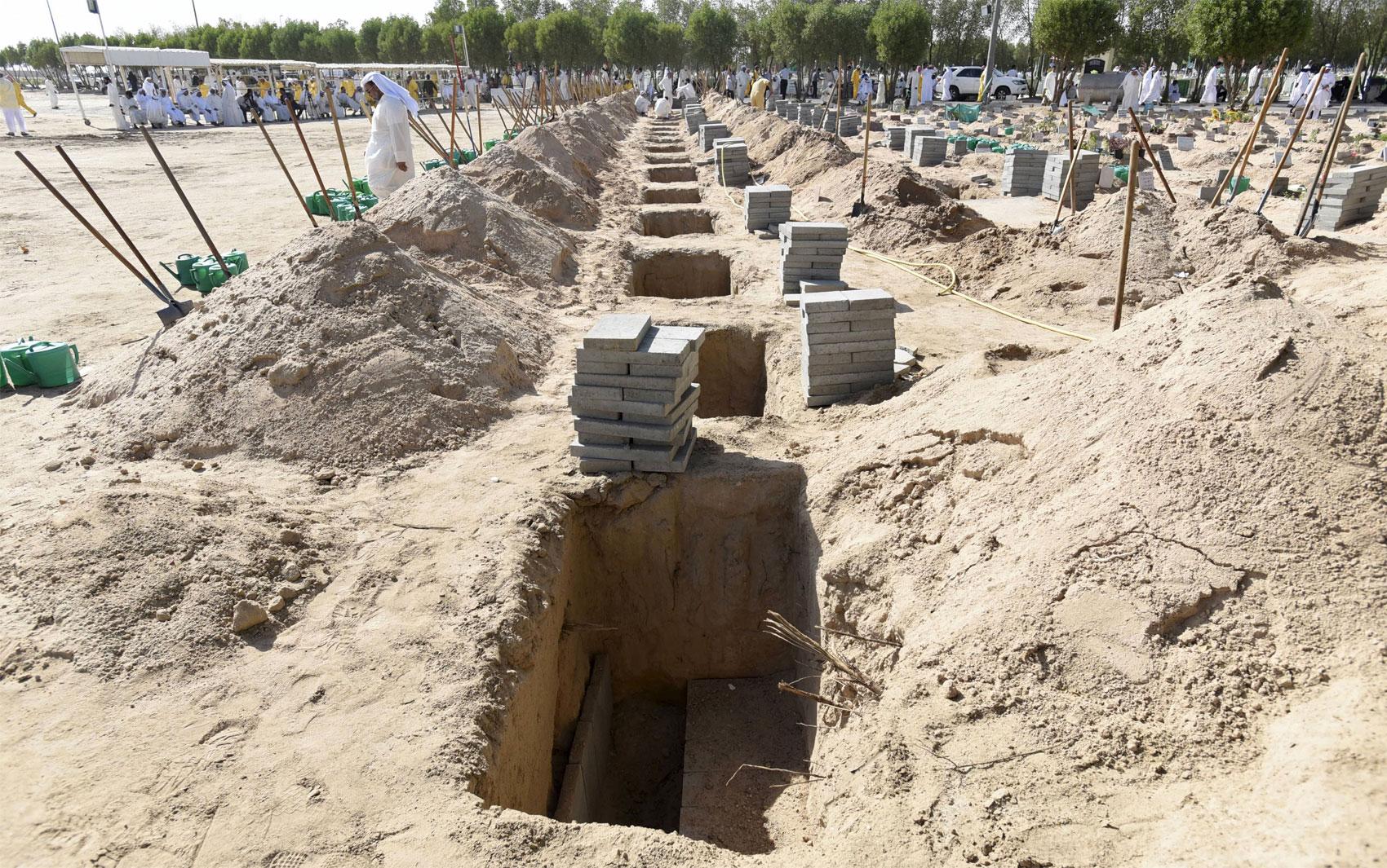 27/6 - Covas para enterrar as vítimas de ataque a mesquita são preparadas em cemitério do Kuwait