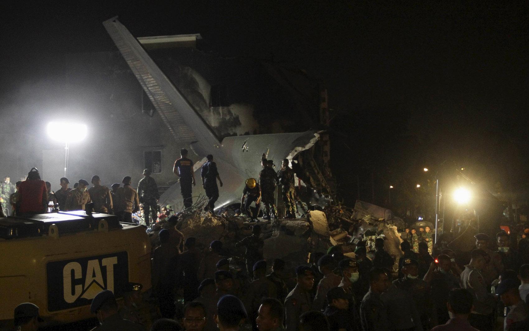 Forças de segurança e equipes de resgate fazem buscas nos destroços do avião militar Hercules C-130 que caiu na cidade de Medan, na Indonésia