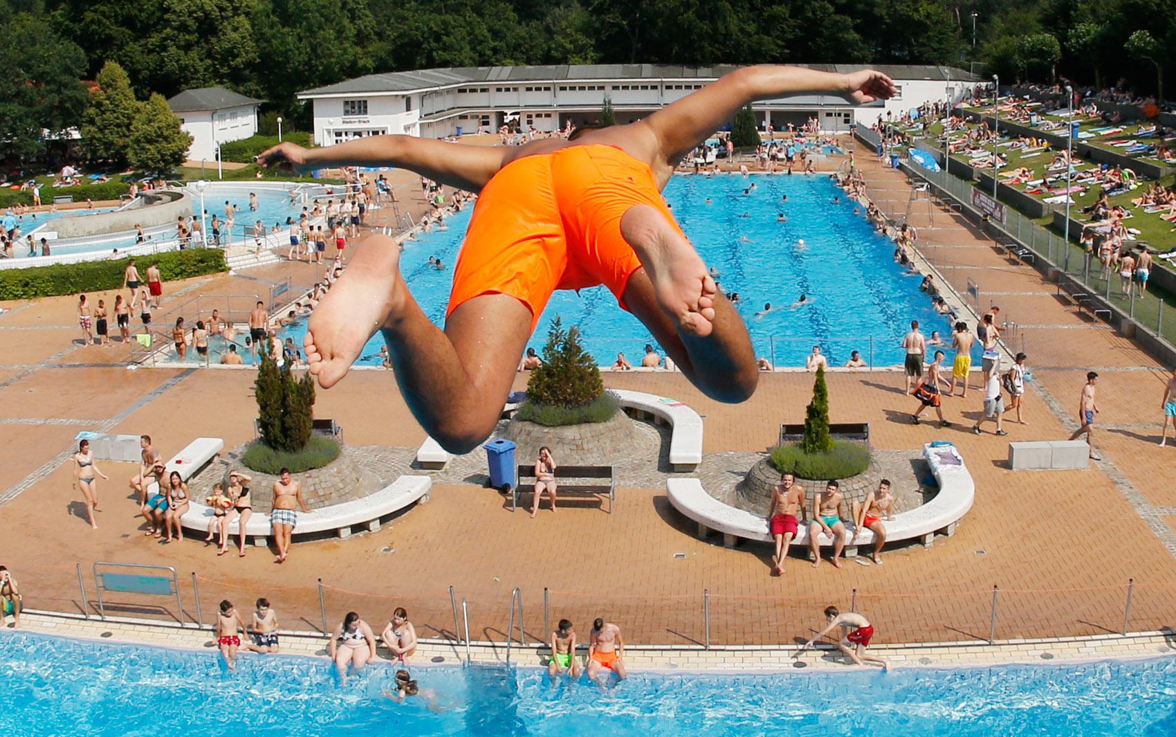 3/7 - Um garoto salta de uma plataforma de 7,5 metros em uma piscina em Frankfurt, na Alemanha. A onda de calor em toda a Alemanha atingirá o pico no sábado (4), com temperaturas em torno de 40ºC