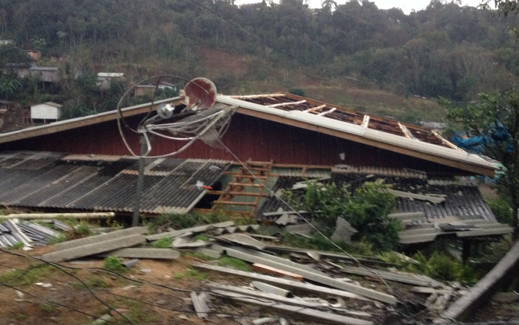 Pelo menos 60 casas foram destruídas na região, segundo a Defesa Civil