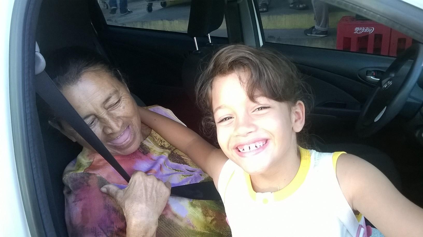 Amanda, de 8 anos, e a bisavó Tereza.