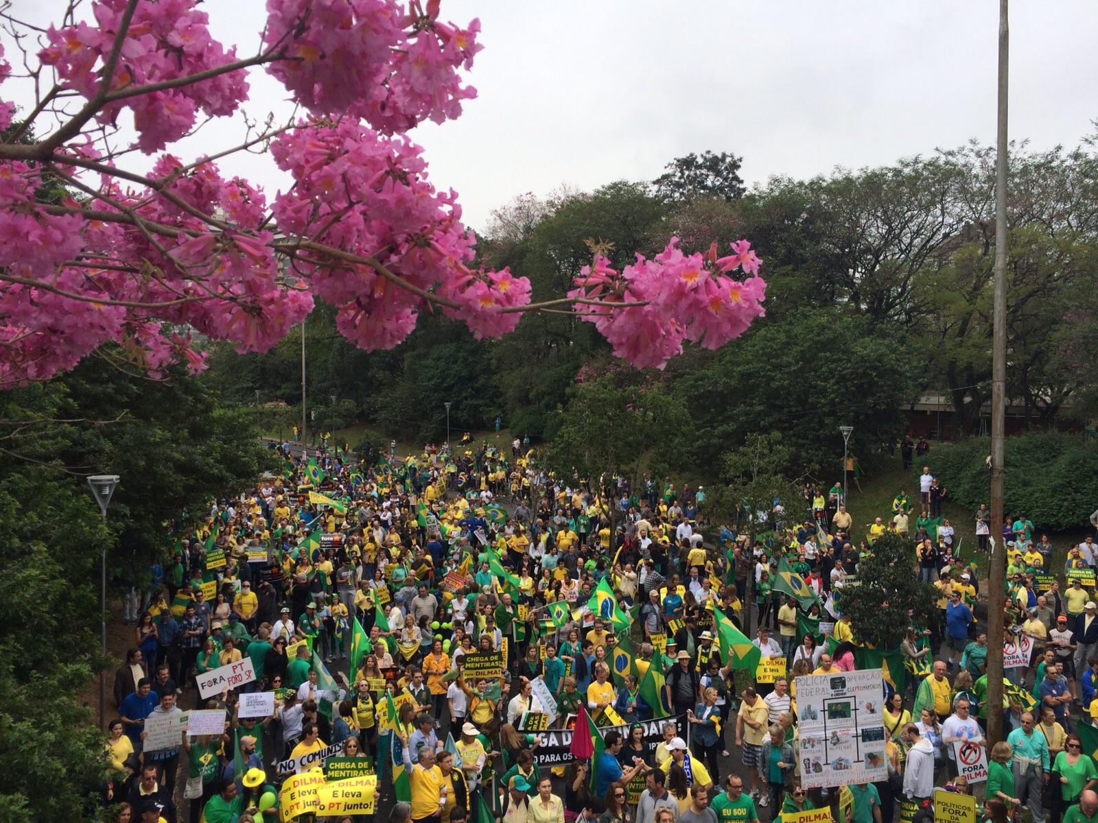 Caminhada em Porto Alegre começou com 20 mil pessoas, diz a BM