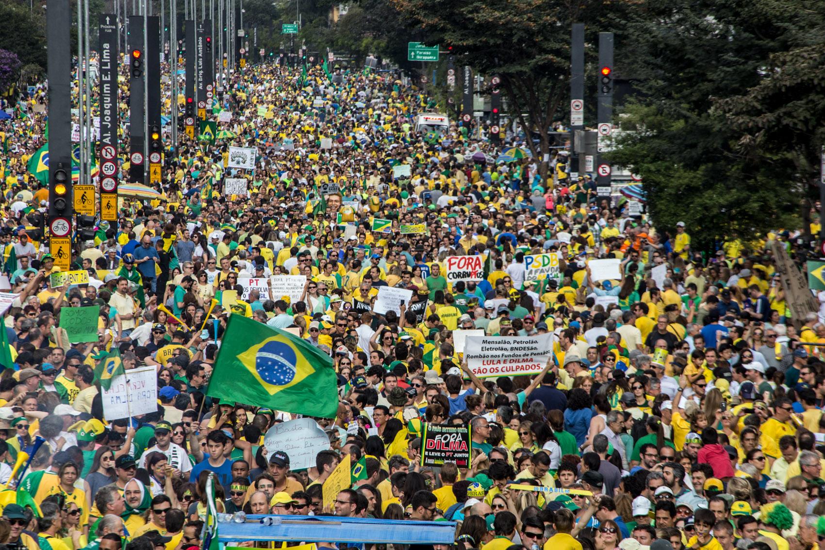 SÃO PAULO - Multidão participa de protesto contra a presidente Dilma Rousseff na Avenida Paulista