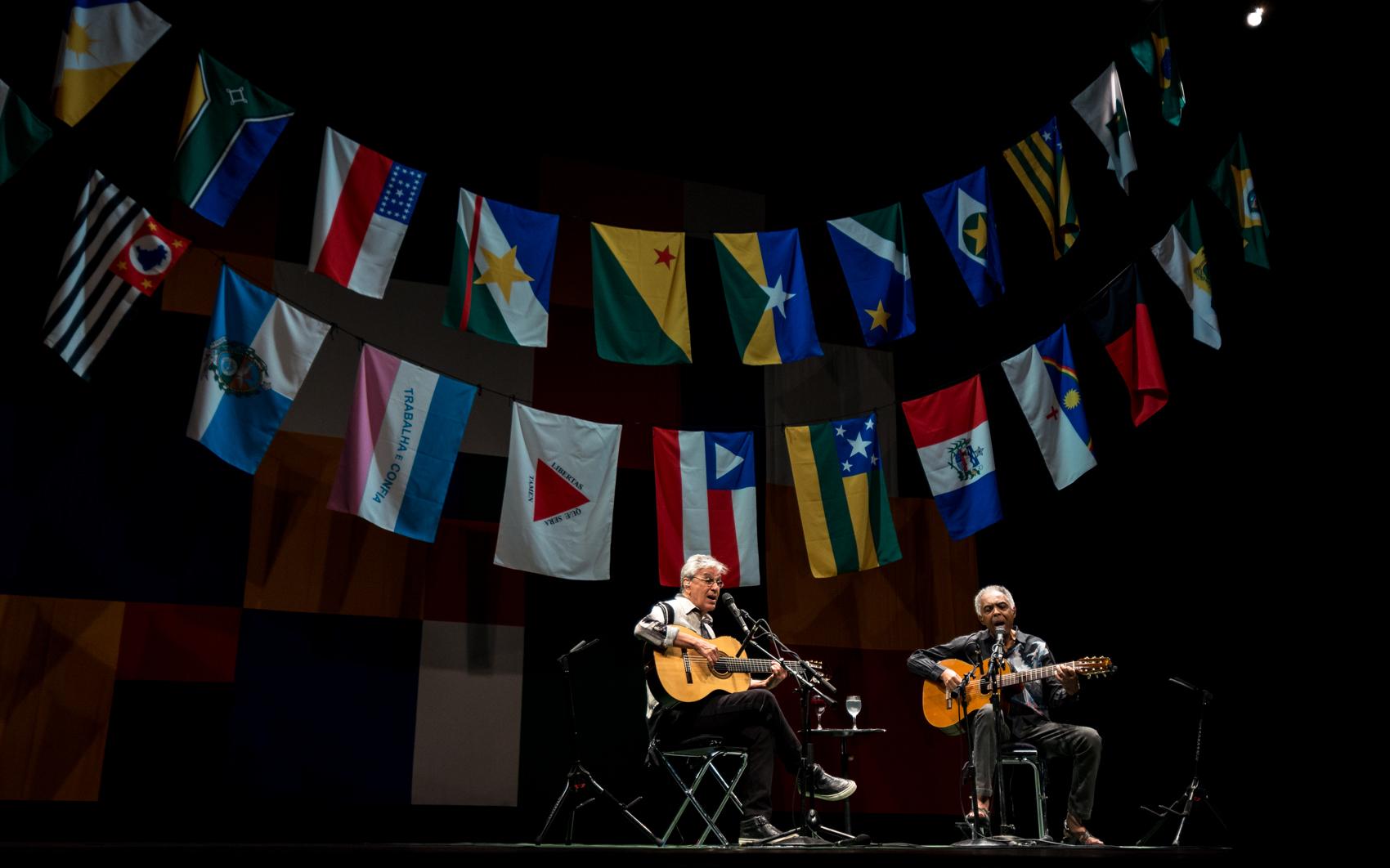 Caetano Veloso e Gilberto Gil tocam e cantam juntos no 1º de três shows no Citibank Hall SP, na Zona Sul de São Paulo, na noite de quinta-feira (20). A turnê batizada de 'Dois Amigos, Um Século de Música' celebra os 50 anos de carreira de cada um