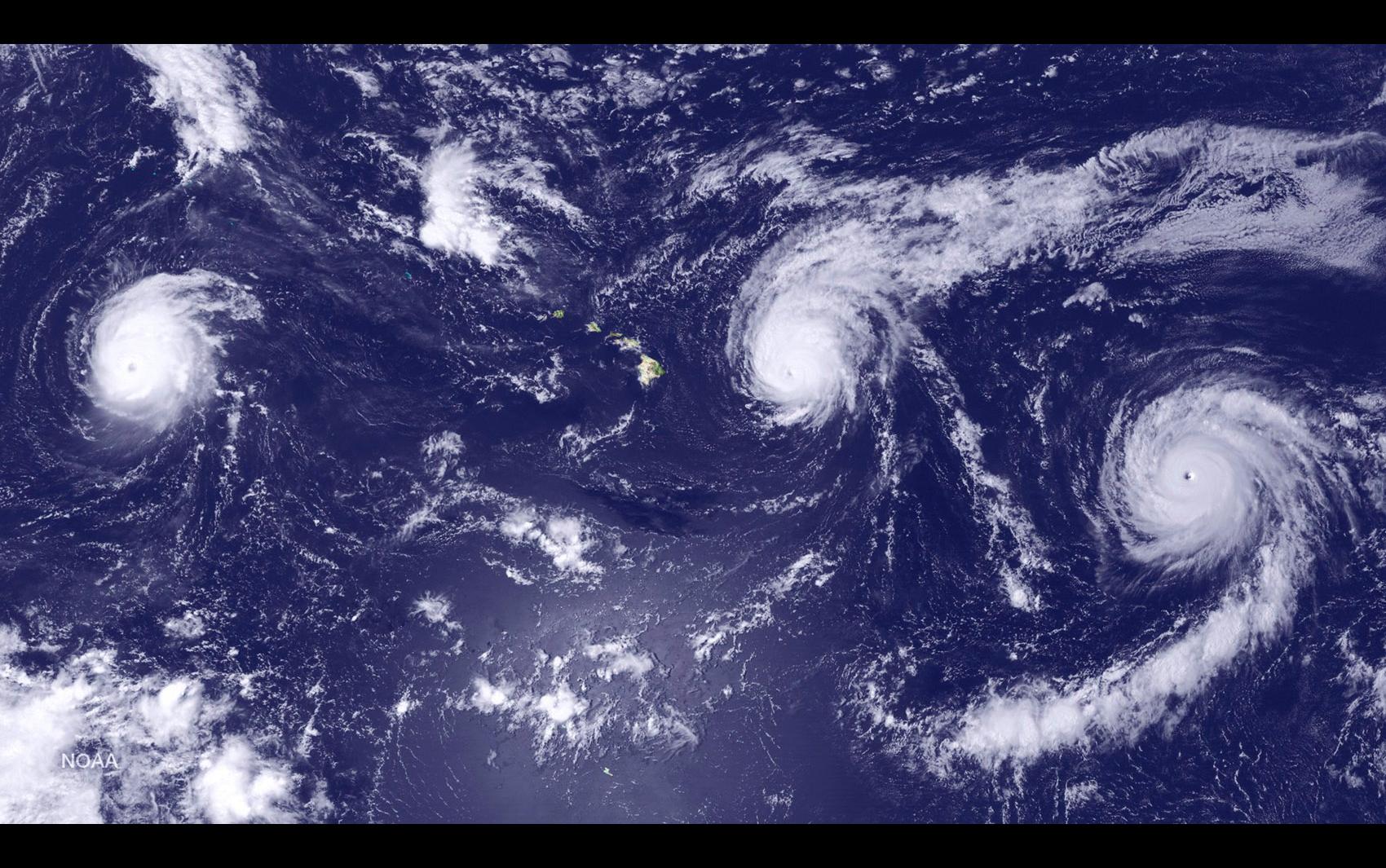 Três furacões são vistos perto de ilhas do Havaí, EUA. O furacão Kilo (esquerda) está a cerca de 1963 km da capital Honolulu, na ilha de Oaho. Ignacio (centro) e Jimena estão a cerca de 506 e 2294 km de Maui, respectivamente