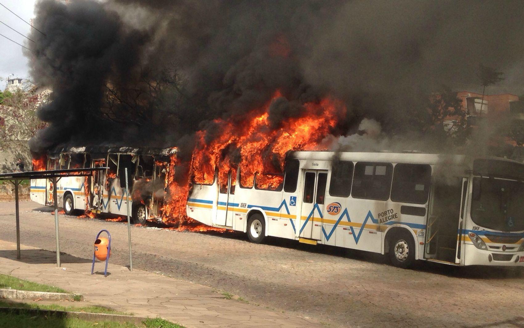 Ônibus são queimados após morte de homem em Porto Alegre