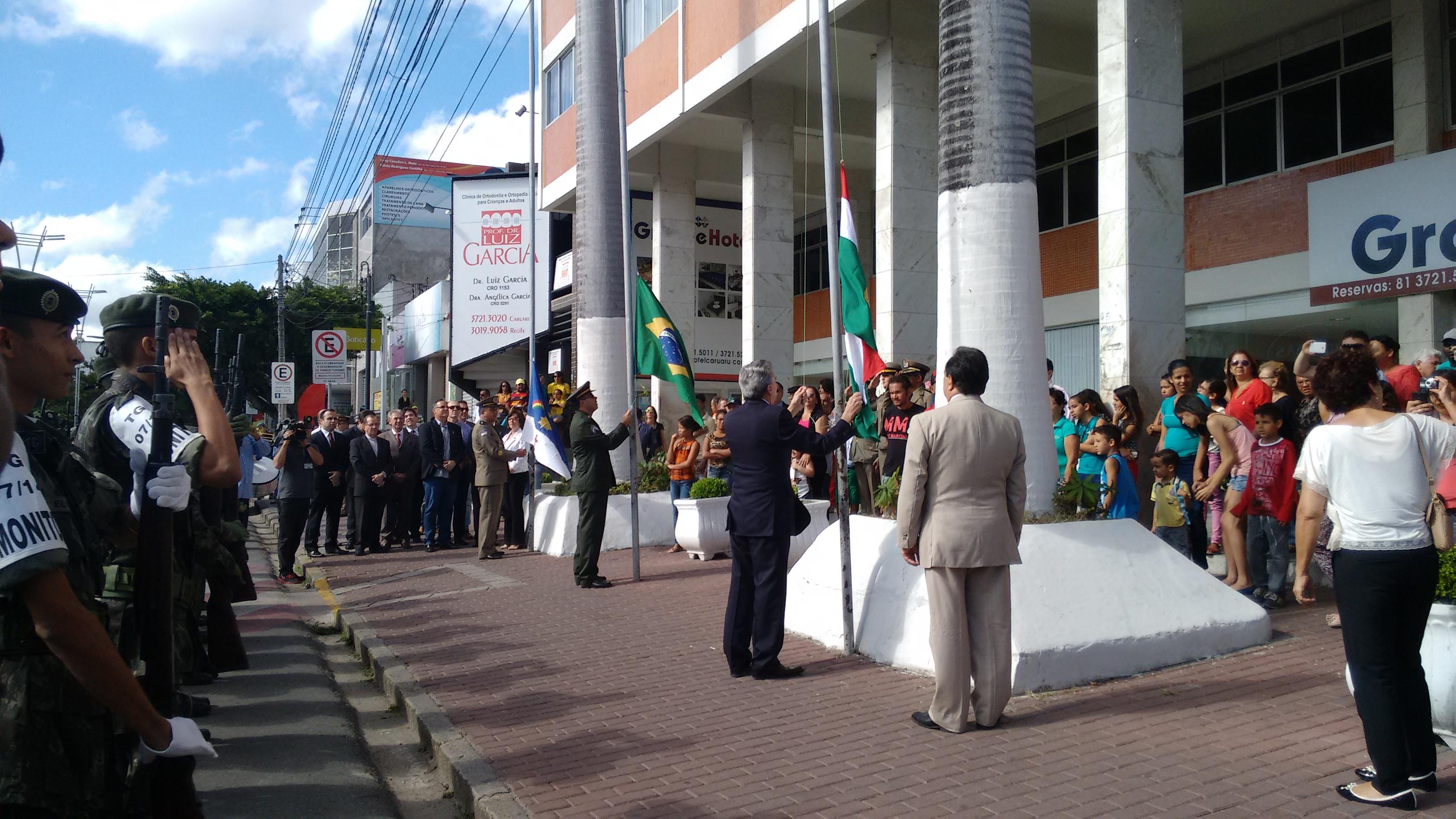 Hasteamento das bandeiras no desfile cívico-militar de Caruaru