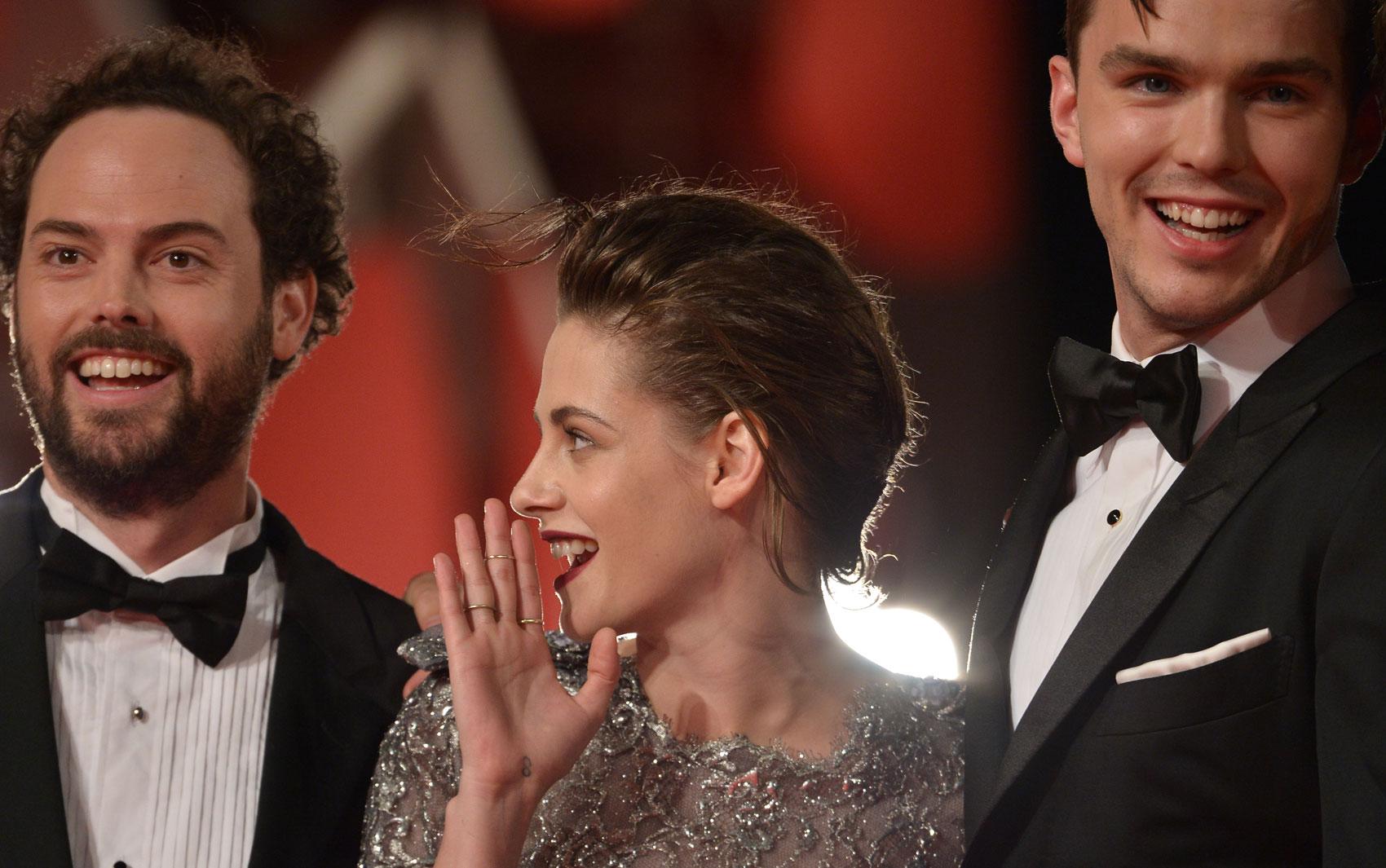 05/09: a partir da esquerda, o diretor Drake Doremus, a atriz Kristen Stewart e o ator Nicholas Hoult apresentam a ficção científica 'Equals'