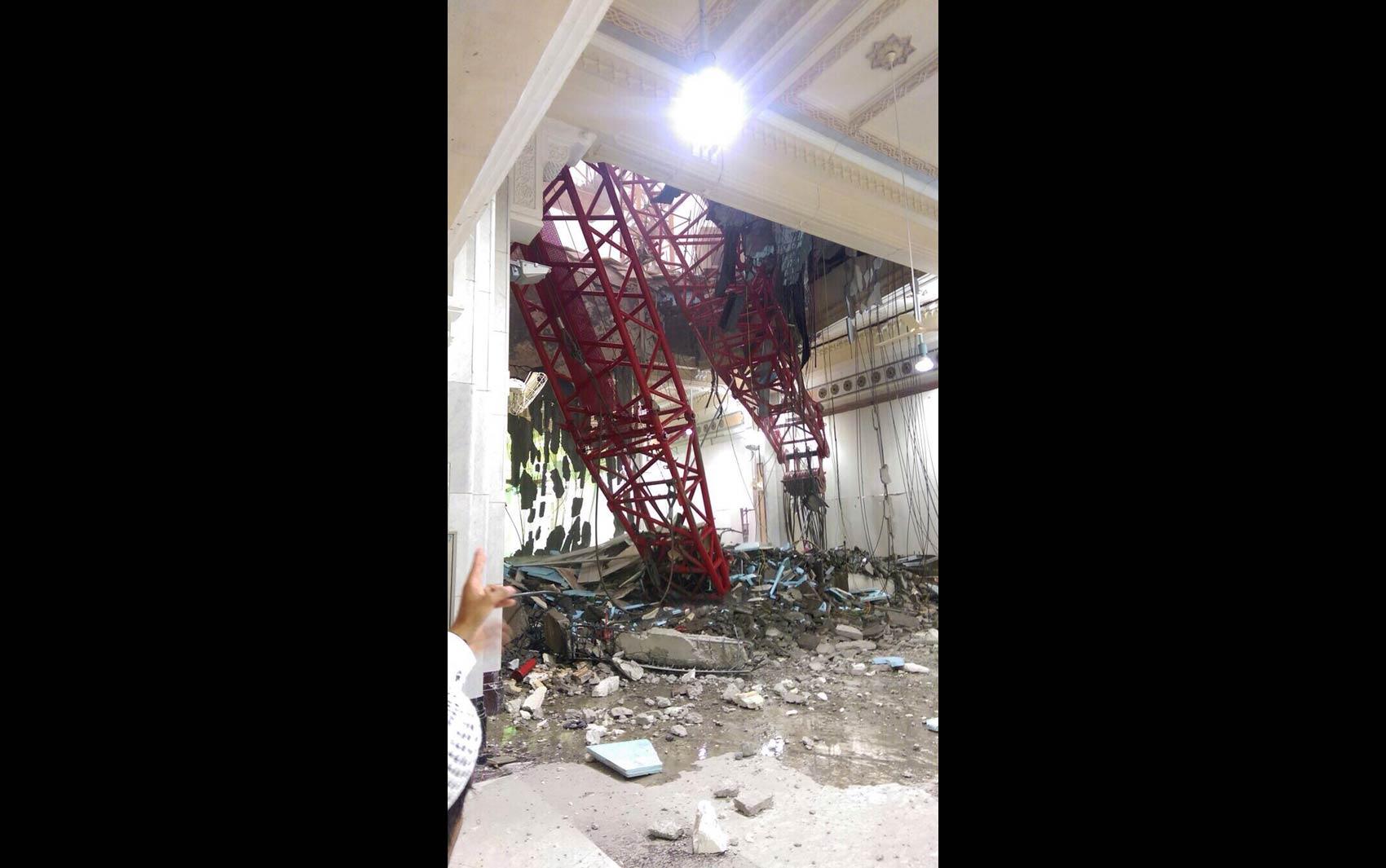 Estrutura do guindaste destruiu parte da lateral e do teto da Grande Mesquita de Meca, causando a morte de dezenas de fiéis